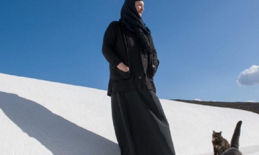 Τουρίστρια που μαγεύτηκε από την Αμοργό επέστρεψε και έγινε εμβληματική μορφή του νησιού