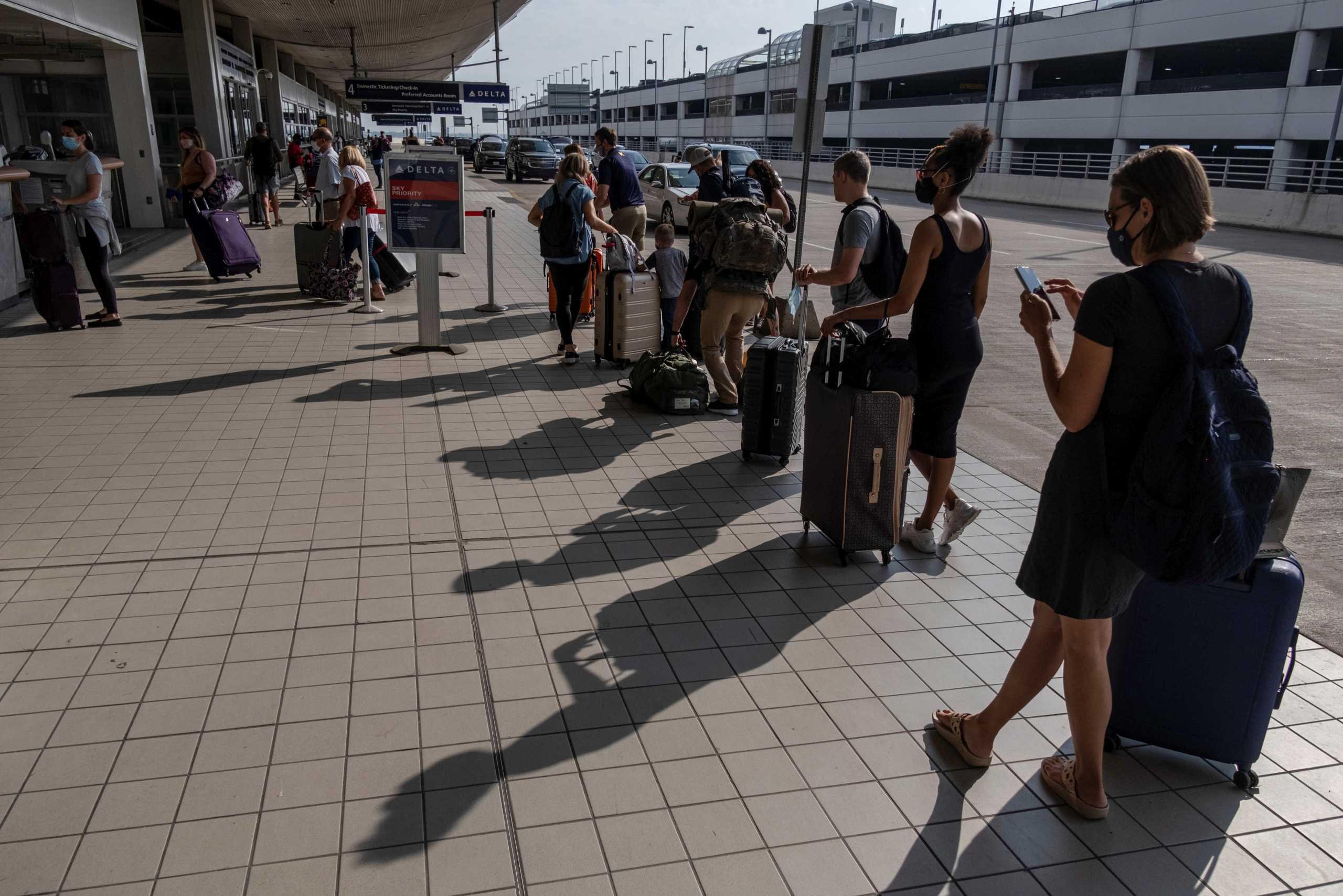 Βρετανία: Στο «τραπέζι» τα διαβατήρια εμβολιασμού για να επιτραπούν τα διεθνή ταξίδια