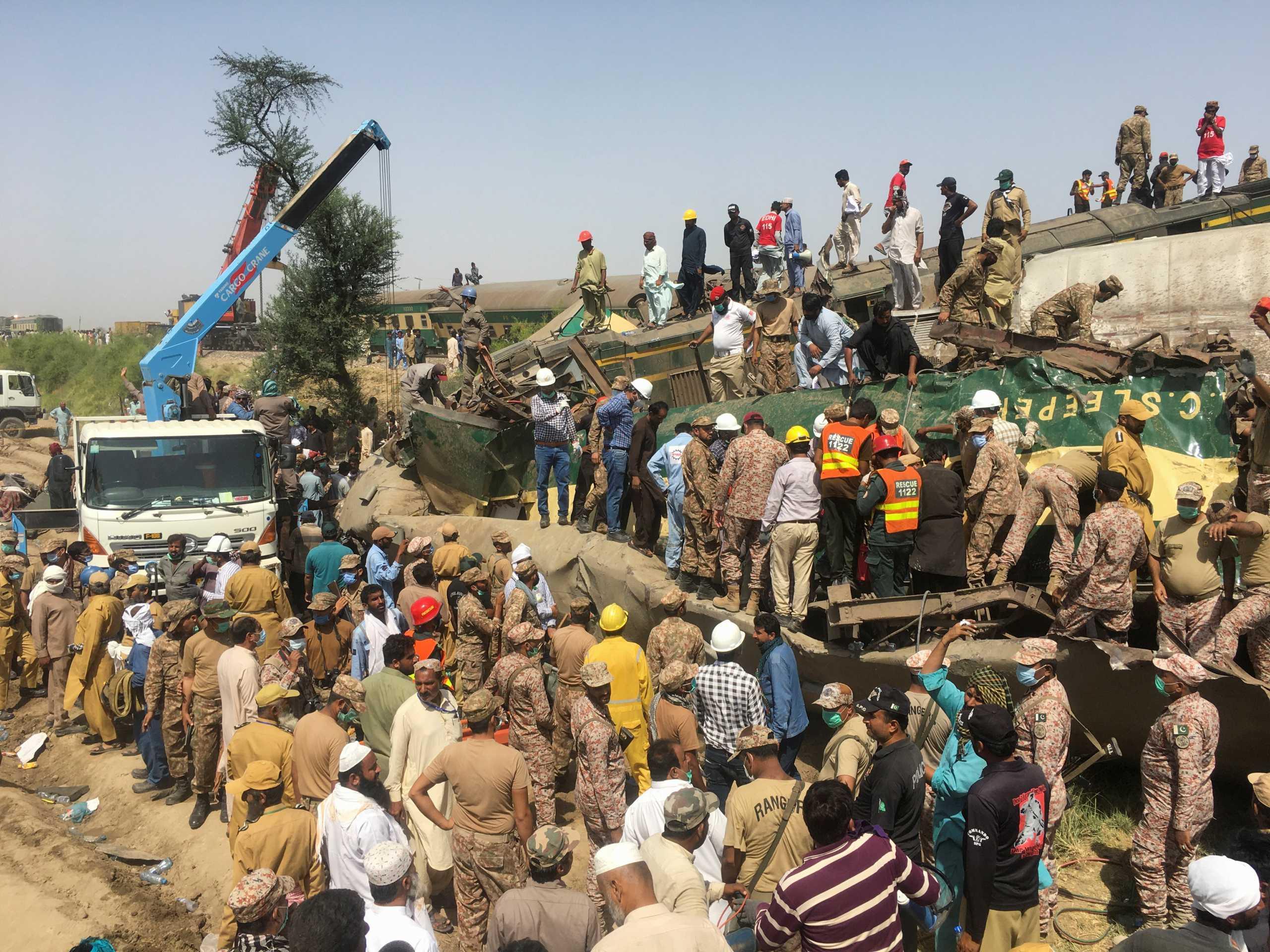 Τουλάχιστον 43 νεκροί και δεκάδες τραυματίες από τη σύγκρουση τρένων στο Πακιστάν (pics)