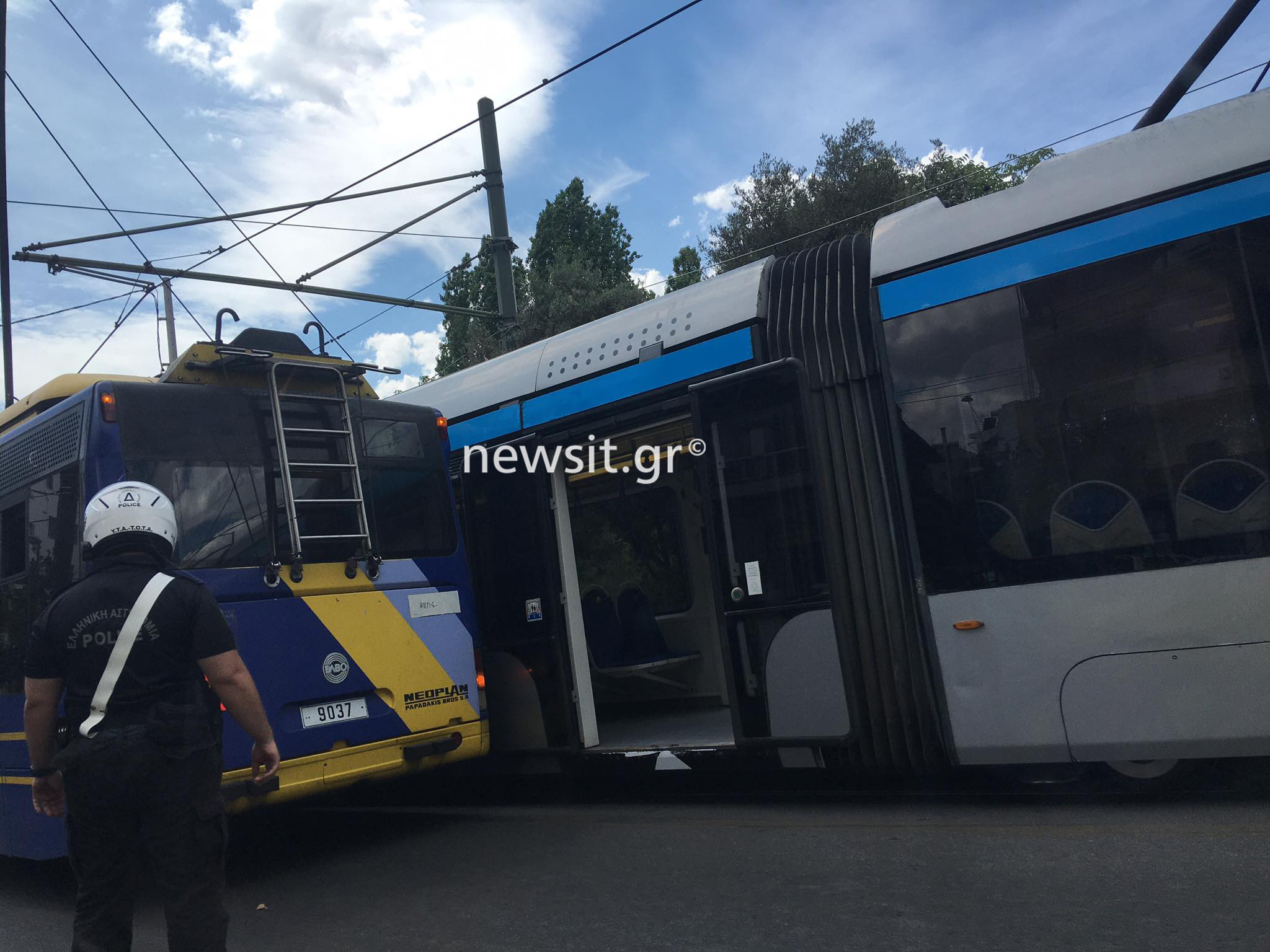 Σύγκρουση τρόλεϊ με τραμ στην Αρδηττού (pics)