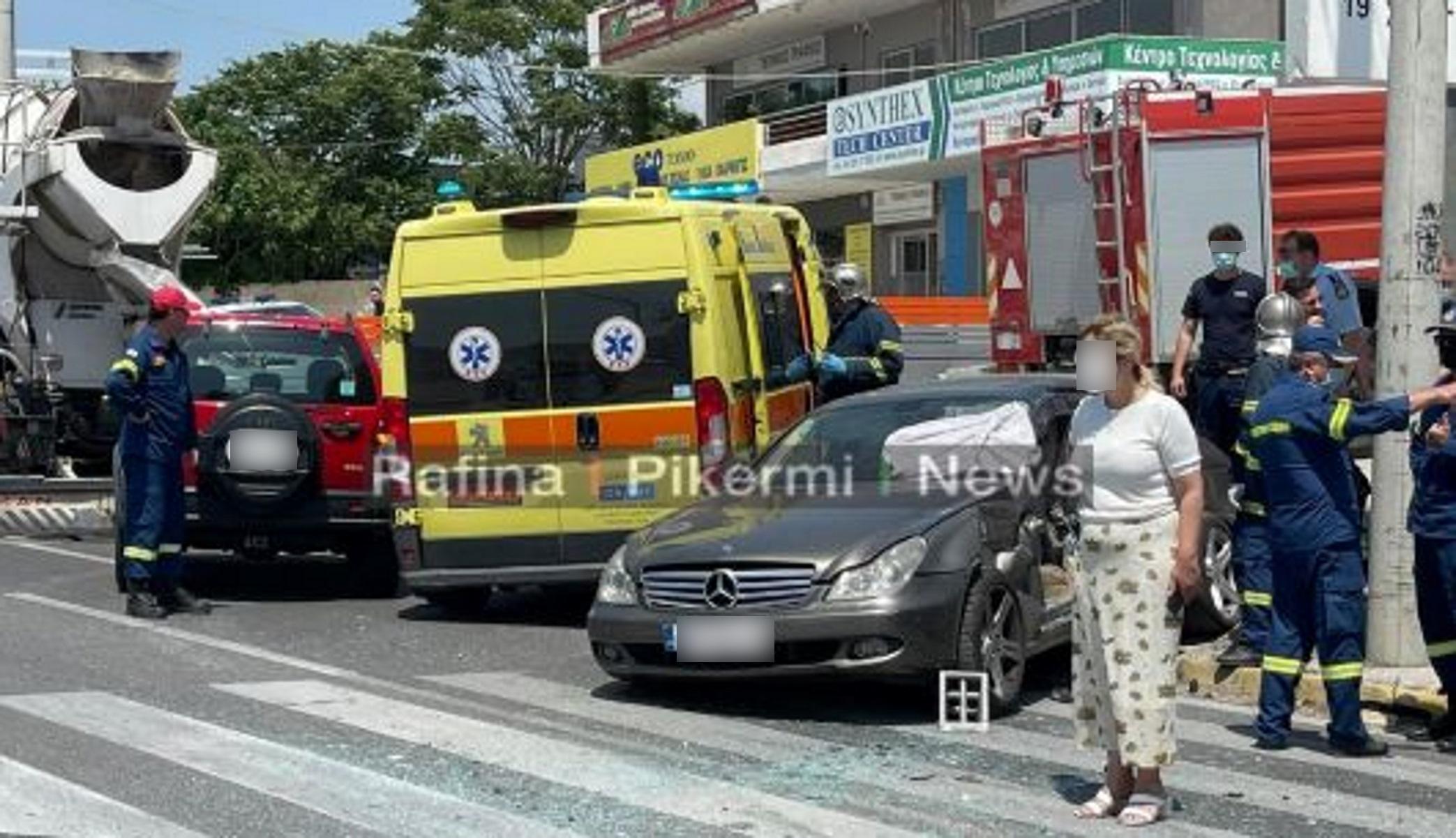 Πικέρμι: Αυτοκίνητο συγκρούστηκε με μπετονιέρα – Εγκλωβίστηκε οδηγός (vid)