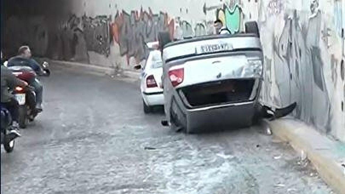 Τροχαίο – σοκ στην Αμφιθέας: Αυτοκίνητο έπεσε από γέφυρα (vid)