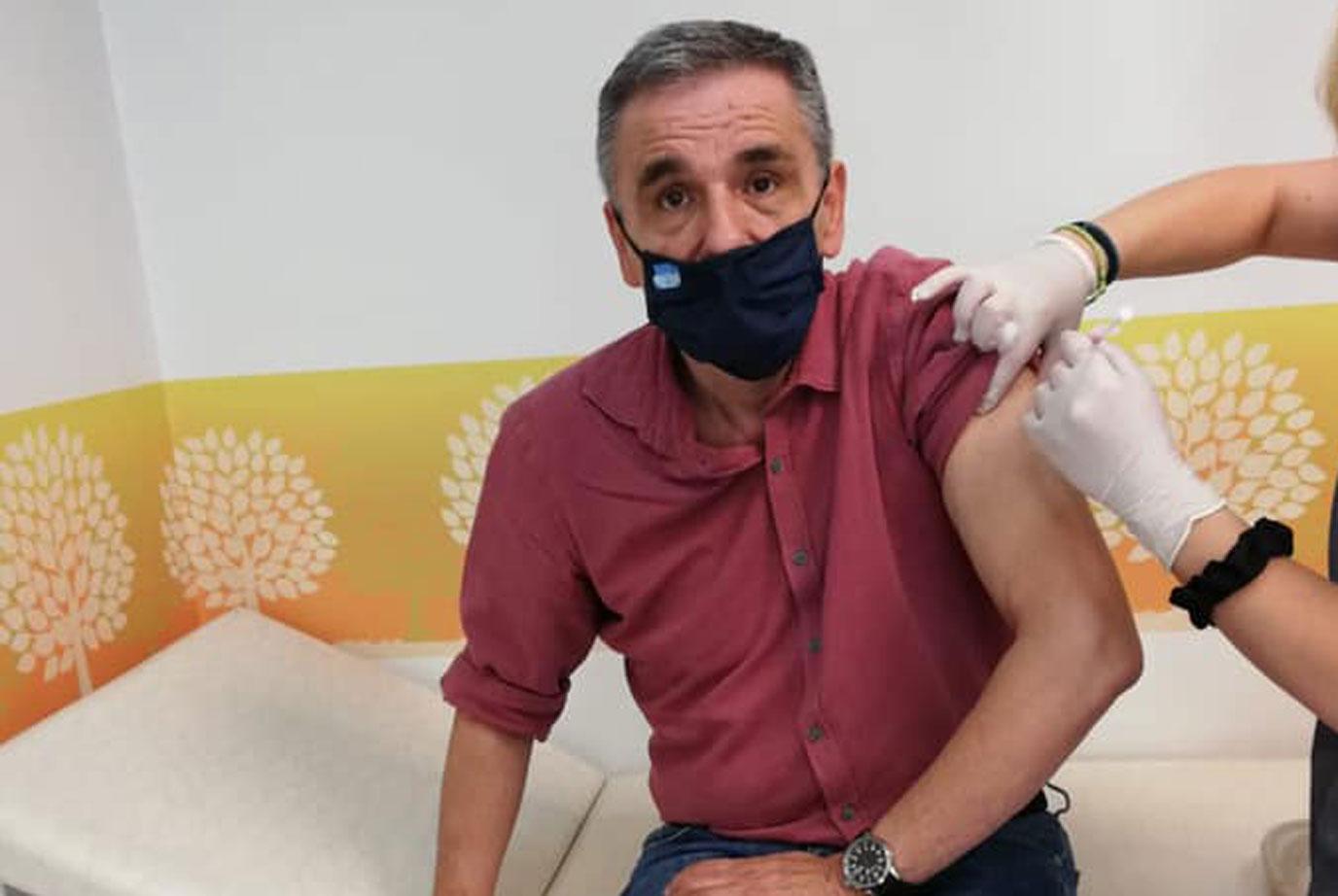Ευκλείδης Τσακαλώτος: Από την πορεία στο εμβολιαστικό κέντρο για AstraZeneca
