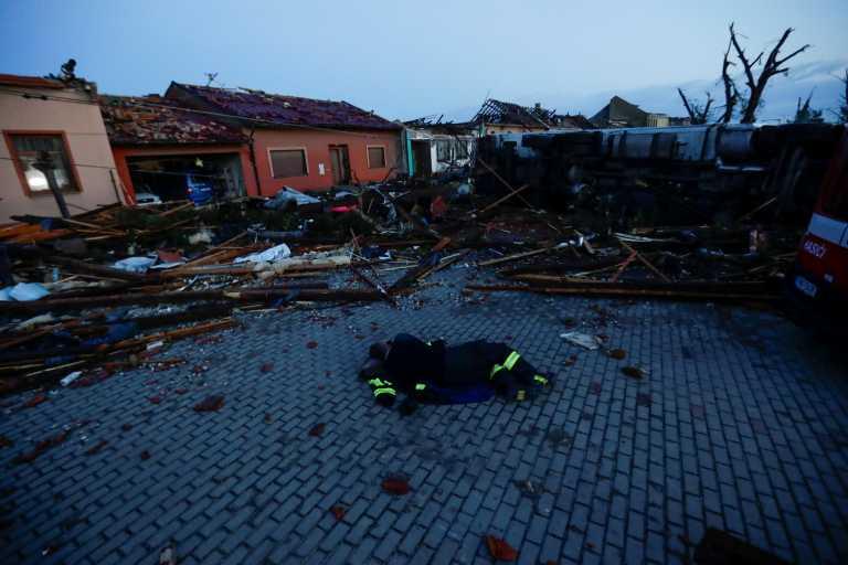 Ανεμοστρόβιλος «ισοπέδωσε» την νοτιοανατολική Τσεχία! Νεκροί, εκατοντάδες τραυματίες και τεράστιες καταστροφές