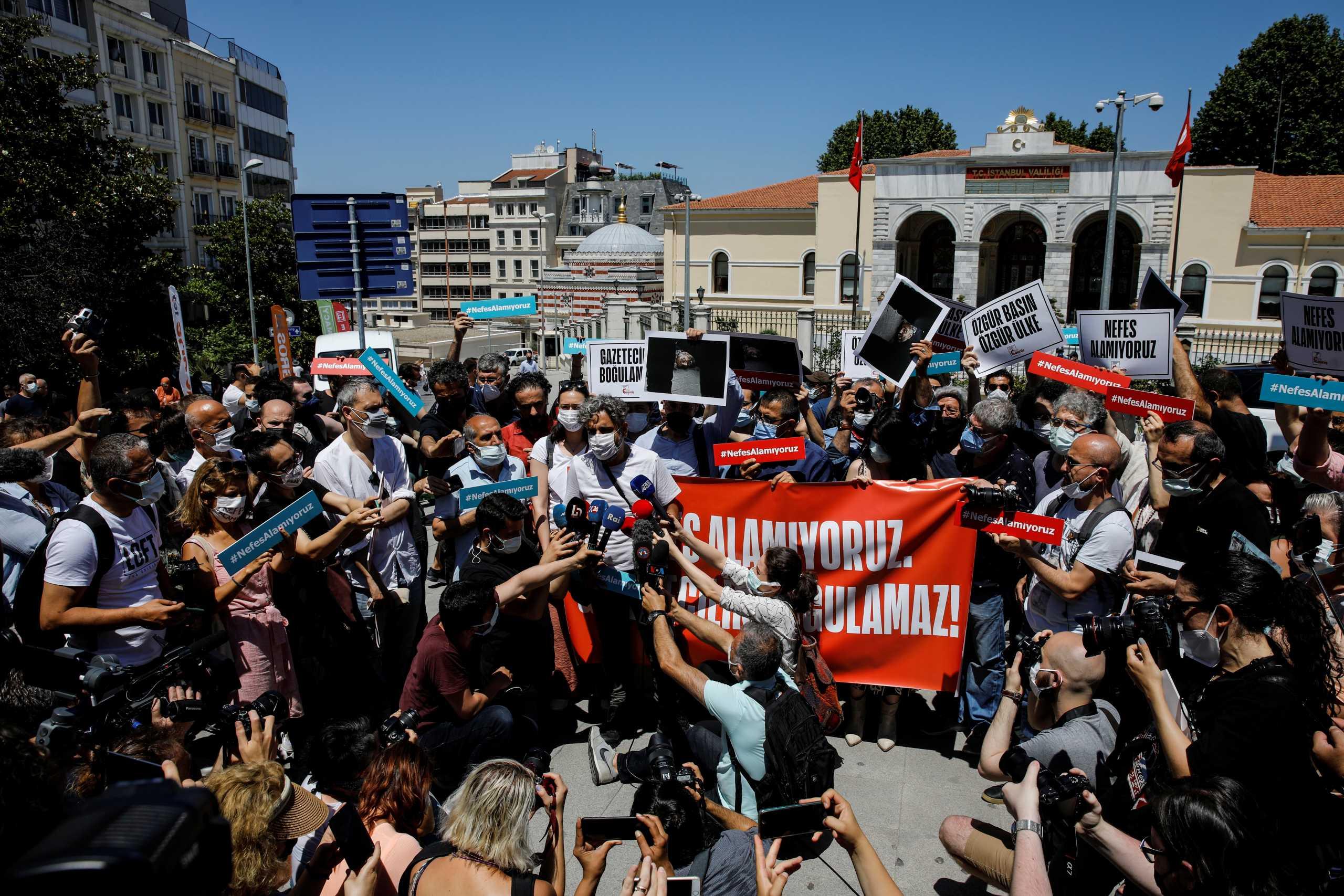 Τουρκία: Οργή για τη βίαιη σύλληψη φωτορεπόρτερ του AFP