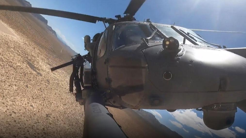 USAF: Εντυπωσιακή εκτέλεση βολών από «fly by» ελικοπτέρου Pave Hawk [vid]