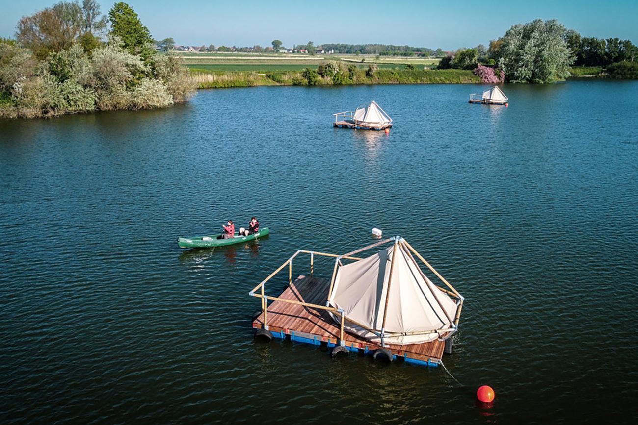 Ένα πλωτό κάμπινγκ για όσους θέλουν να κάνουν εναλλακτικές διακοπές