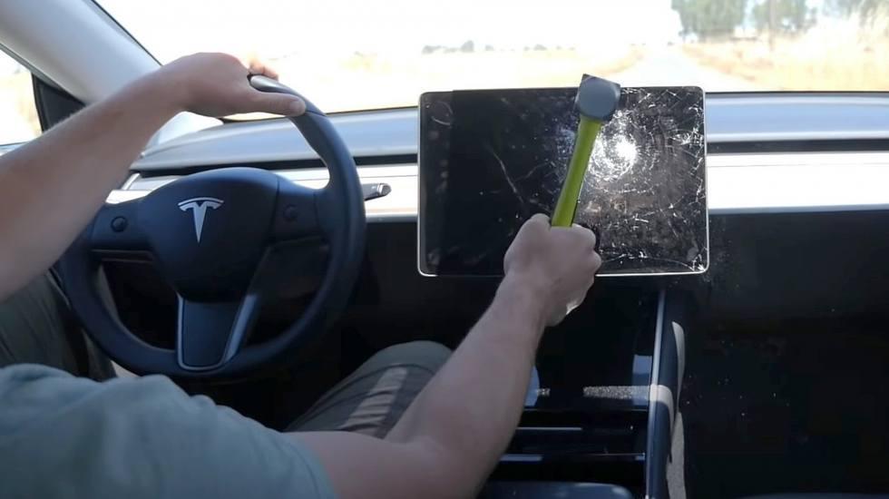 Τι θα συμβεί αν σπάσεις την οθόνη ελέγχου του Tesla την ώρα που οδηγείς; (video)