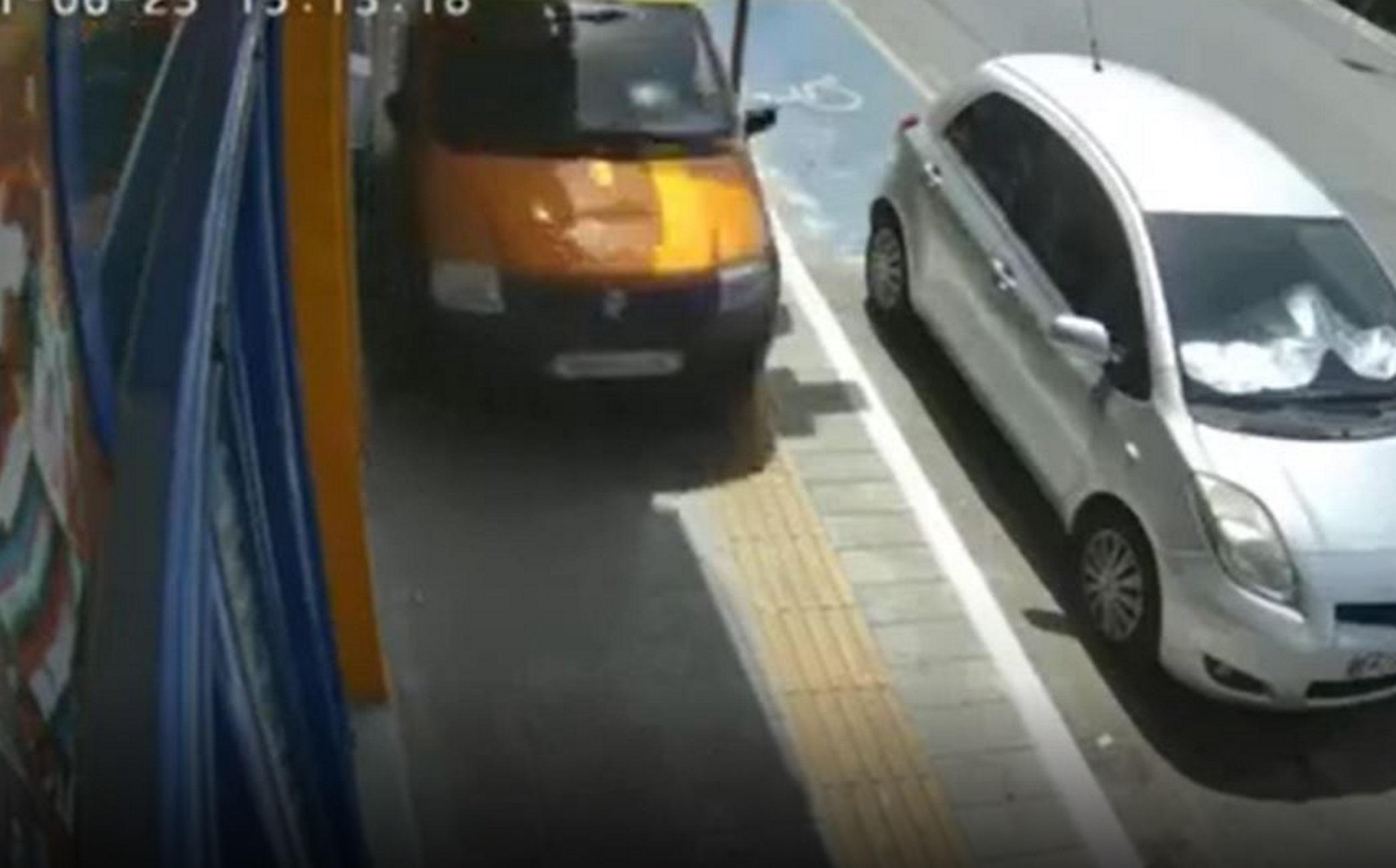 Χανιά: Αυτοκίνητο κινείται πάνω σε πεζοδρόμιο – Το βίντεο ντοκουμέντο και το αναπόφευκτο τροχαίο