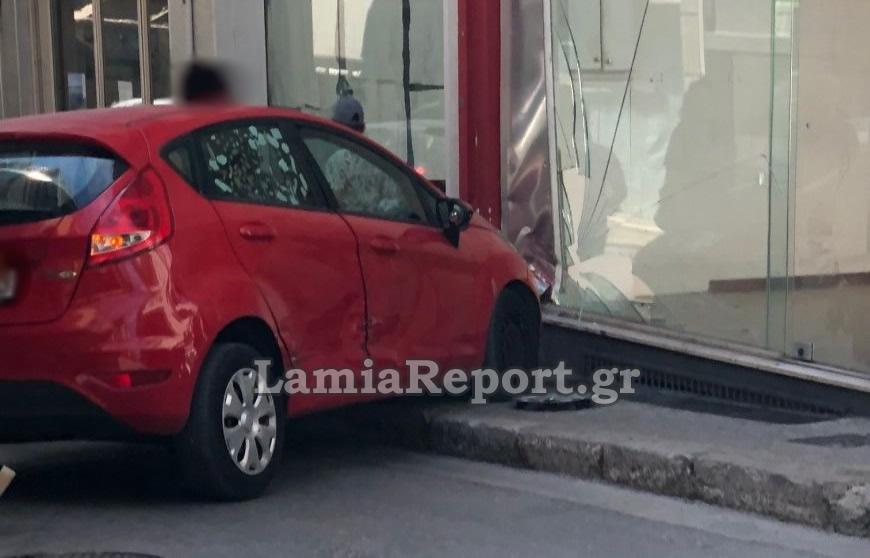 Λαμία: Τροχαίο με αυτοκίνητο να καταλήγει σε κατάστημα – «Ο Θεός έβαλε το χέρι του»