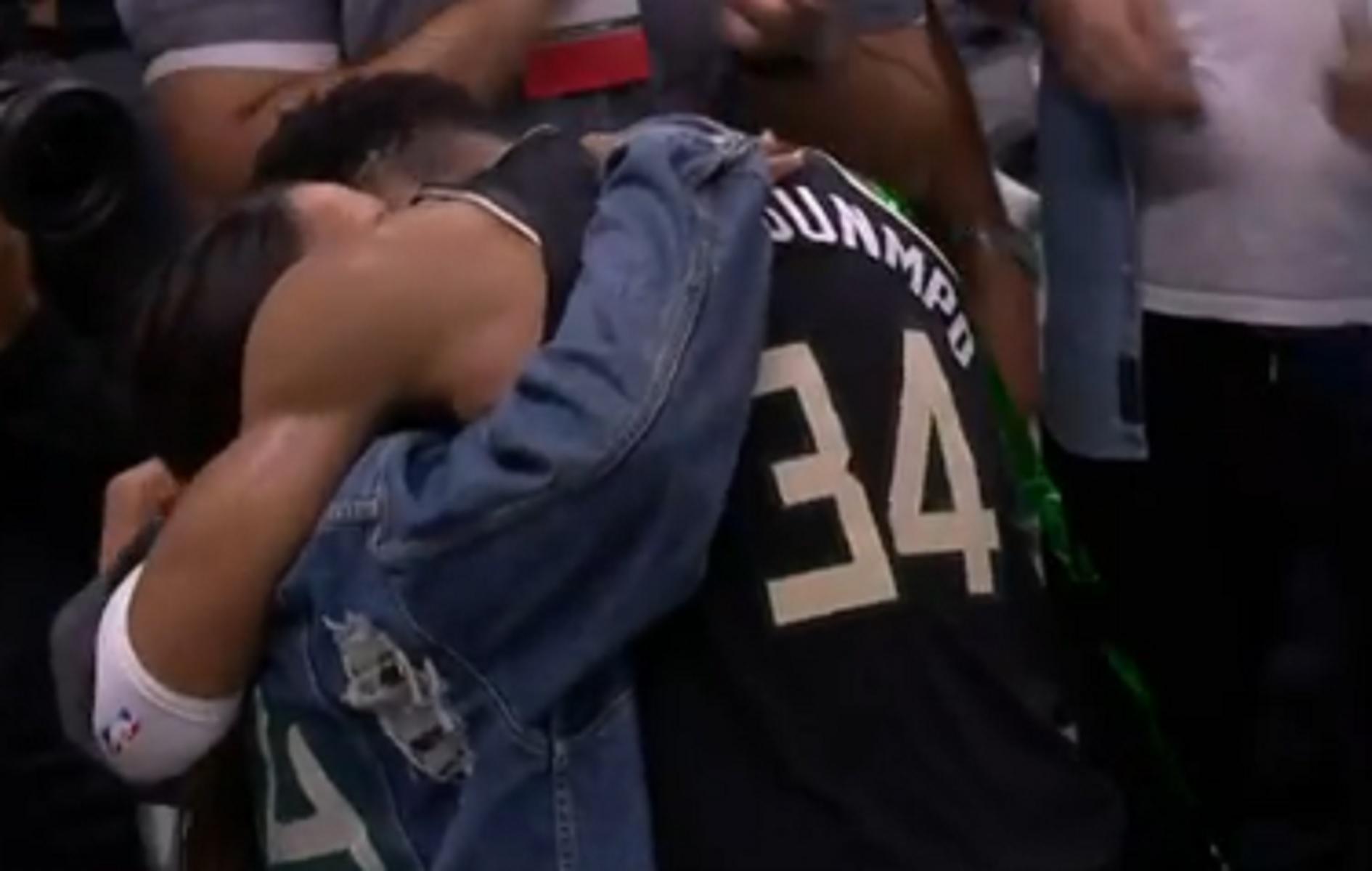 Γιάννης Αντετοκούνμπο: Η αγκαλιά με τη μητέρα του και το «έλα στο γήπεδο» στον Θανάση