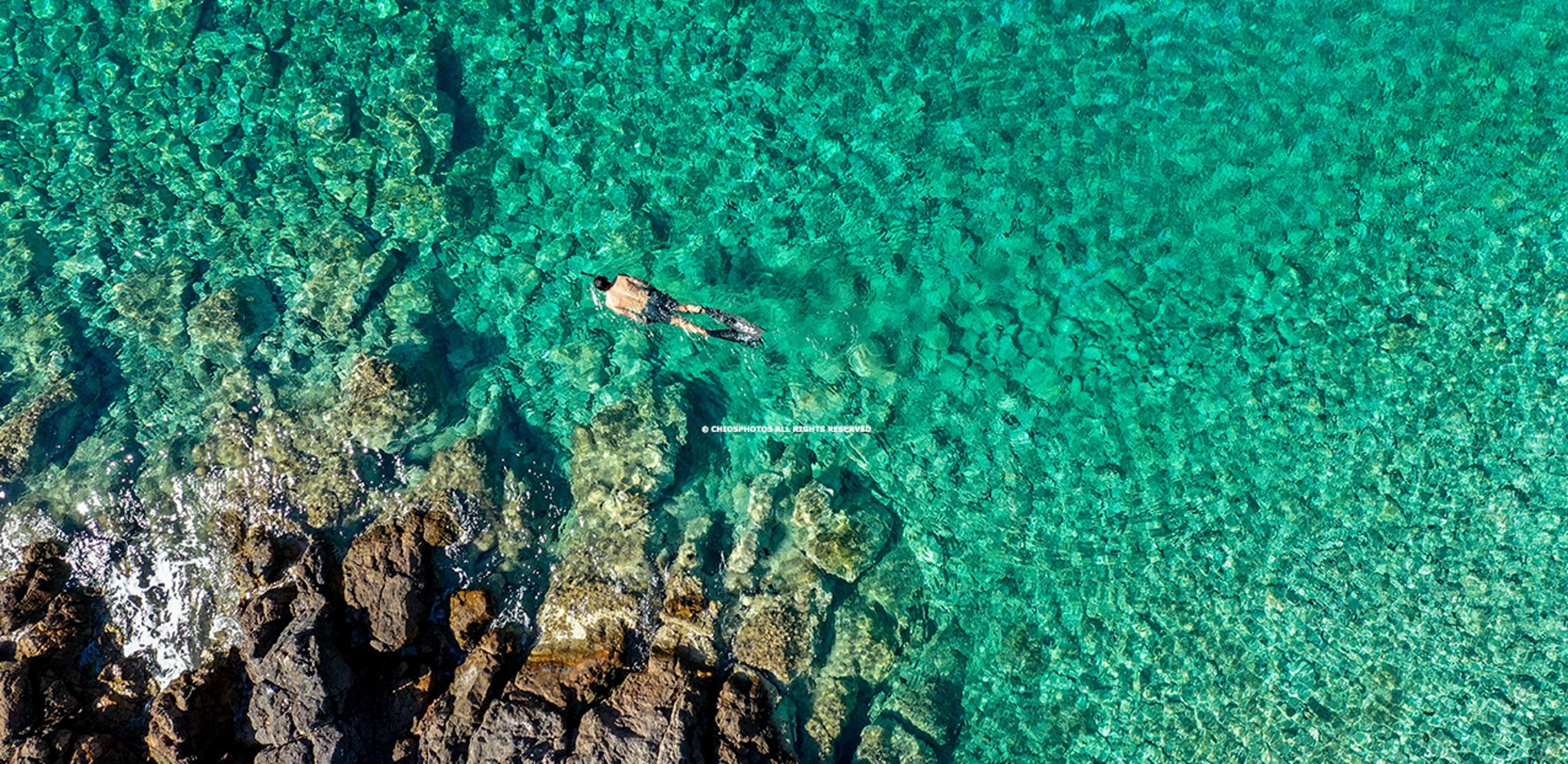 Χίος: Η κρυμμένη παραλία του Αγίου Νικήτα με τα γαλαζοπράσινα νερά