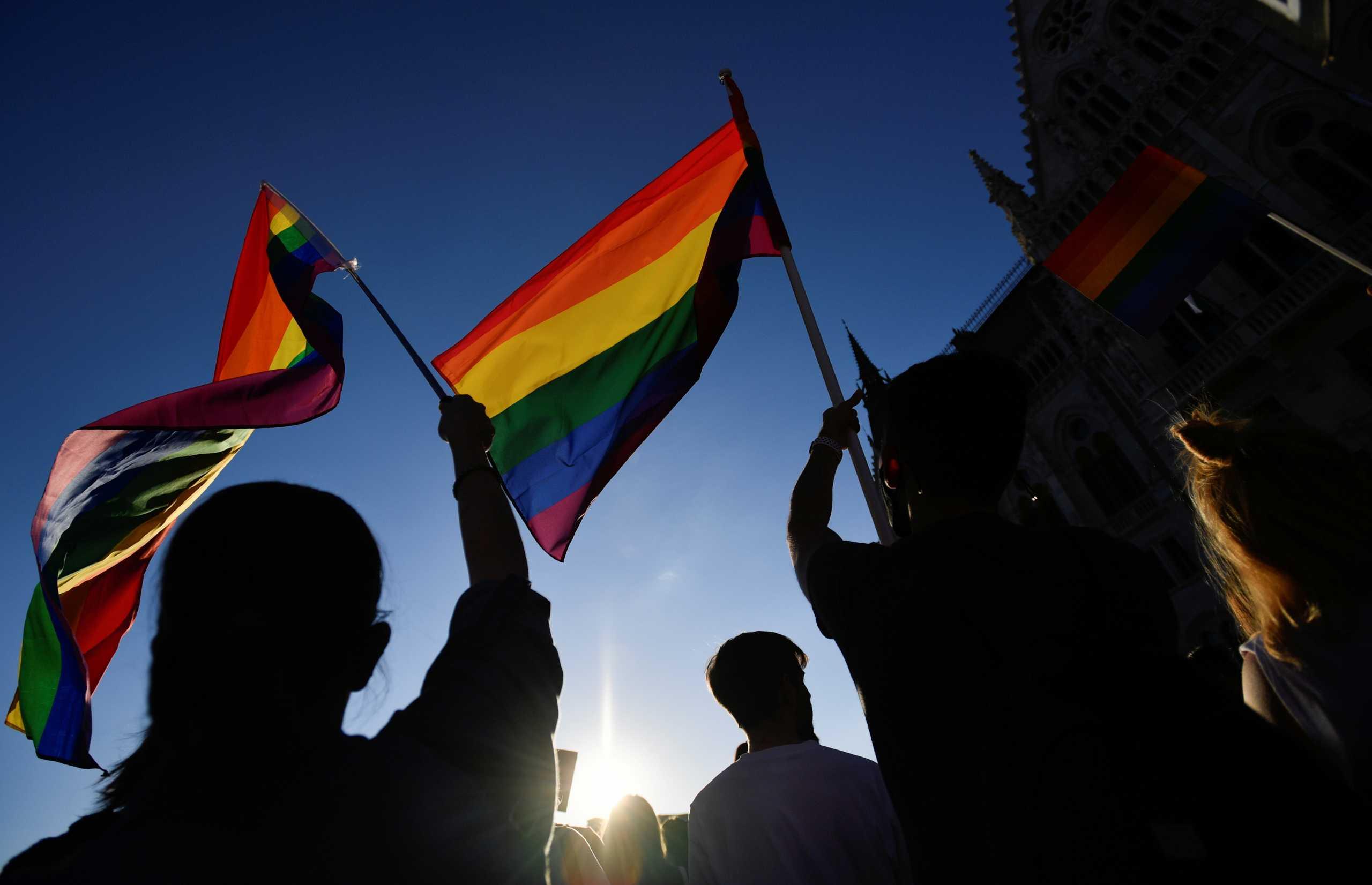 Ευρωπαϊκή Επιτροπή: Έτοιμη να «βγάλει στη σέντρα» την Ουγγαρία για τον νόμο περί ΛΟΑΤΚΙ
