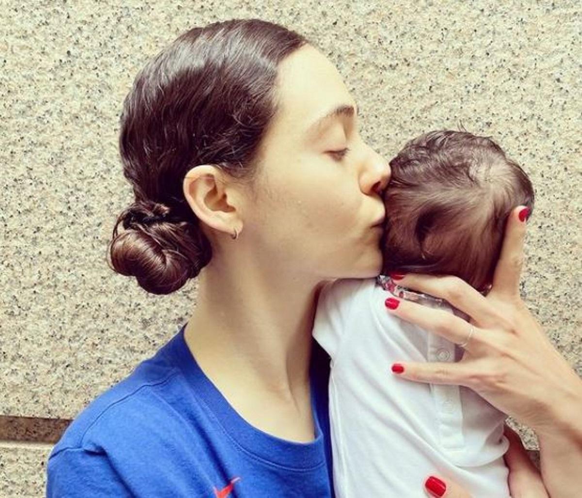 Έμι Ρόσουμ: Φωτογραφίζεται με τη νεογέννητη κορούλα της και παροτρύνει της εγκυμονούσες να εμβολιαστούν