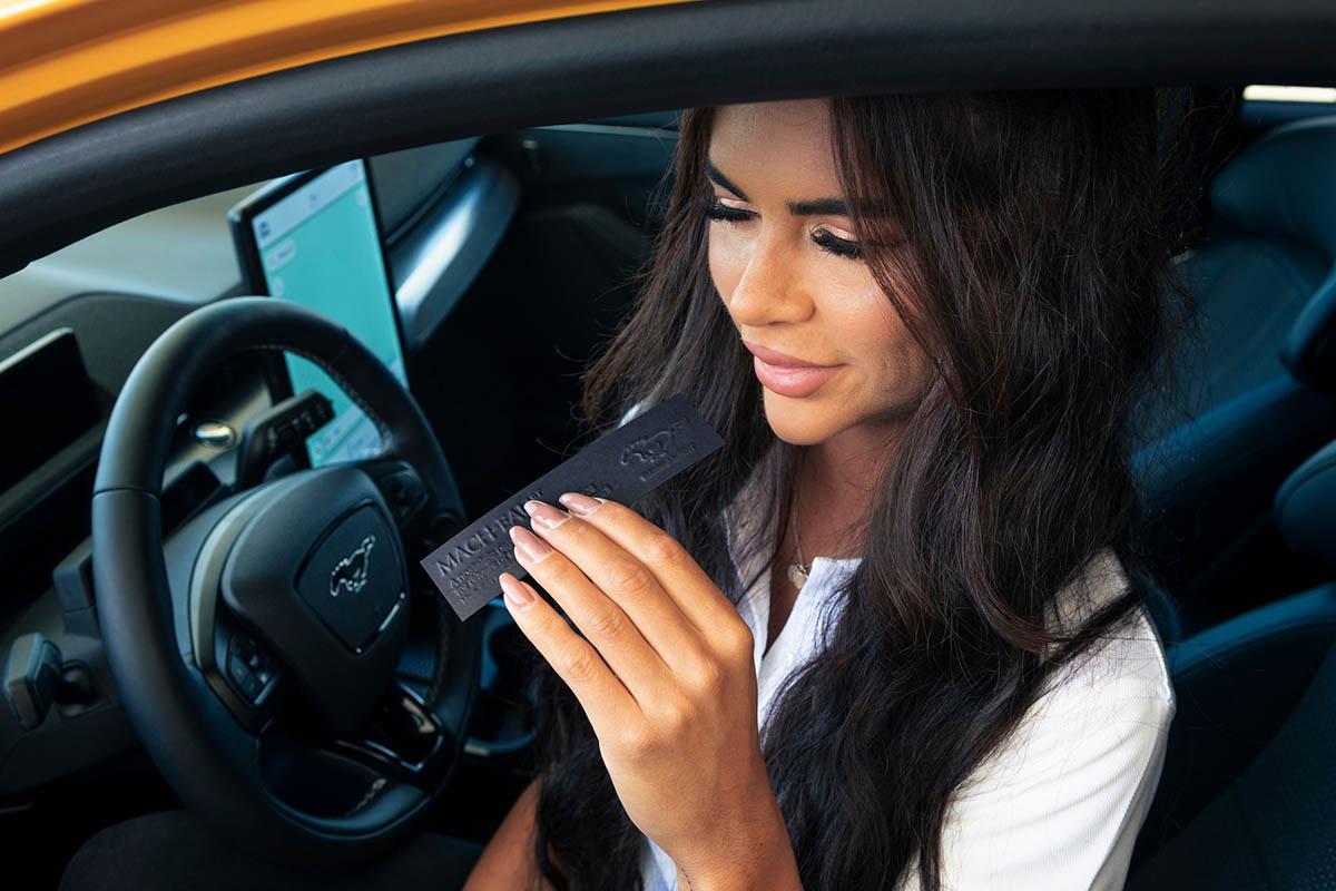 Η Ford έφτιαξε άρωμα για τους οδηγούς που θα τους λείψει η… βενζίνη!