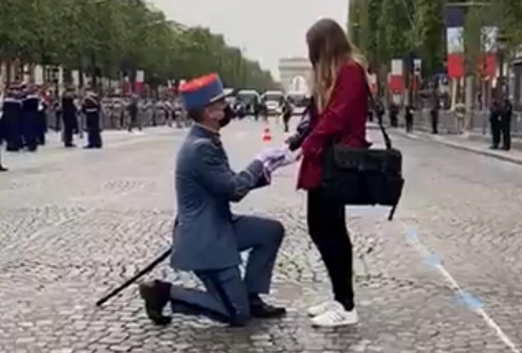 Γαλλία: Στρατιώτης έκανε πρόταση γάμου στην αγαπημένη του στην παρέλαση για τη Βαστίλη