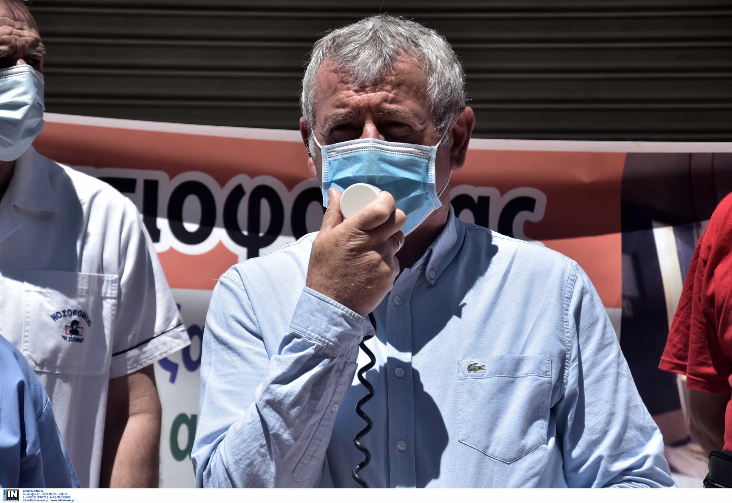 Θεσσαλονίκη – ΠΟΕΔΗΝ: Ένταση στη διαμαρτυρία υγειονομικών για τους υποχρεωτικούς εμβολιασμούς