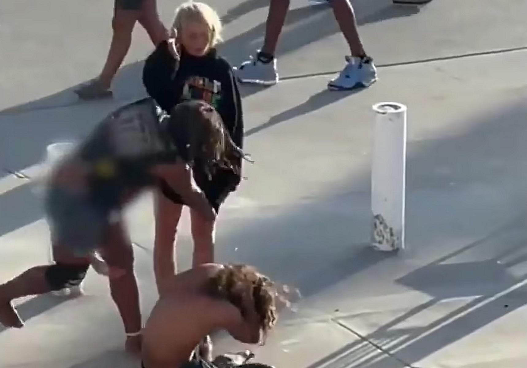 Λος Άντζελες: Βίντεο δείχνει δύο γυναίκες να κλωτσάνε και να βρίζουν άστεγο