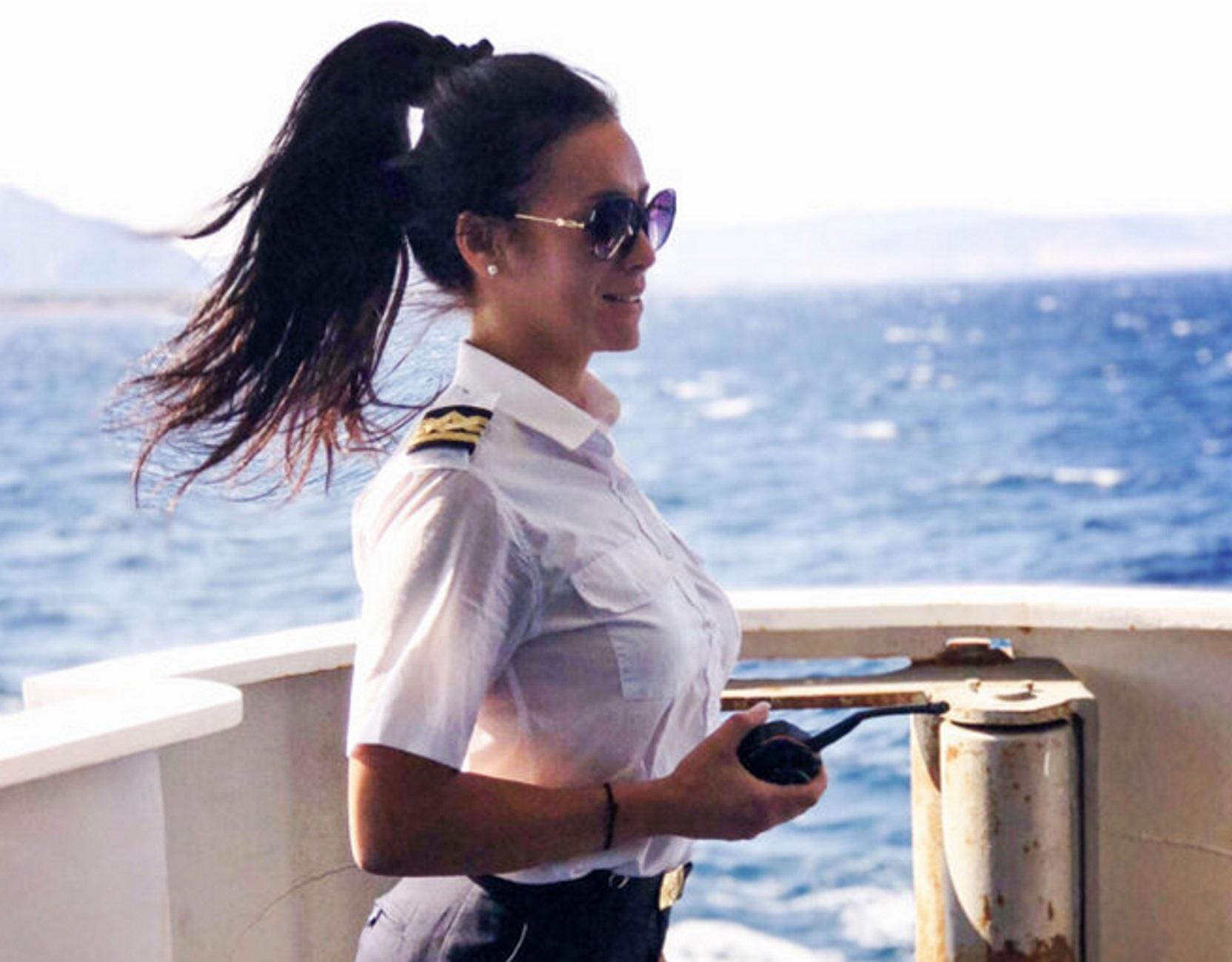 Κυκλάδες: Η κούκλα υποπλοίαρχος που κεντρίζει τα βλέμματα στο Super Ferry 2