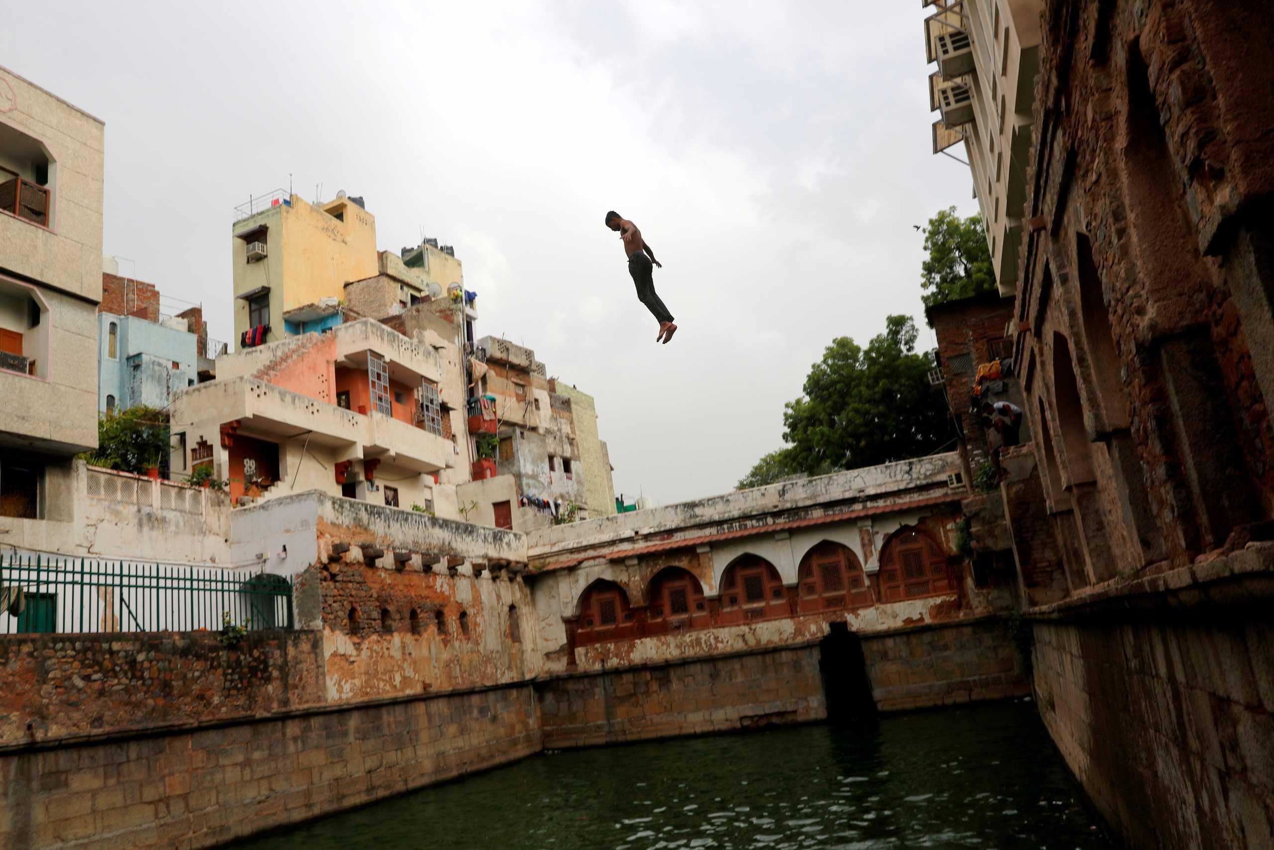 Ινδία: Εκτός από την πανδημία τους χτυπάει και ο καύσωνας