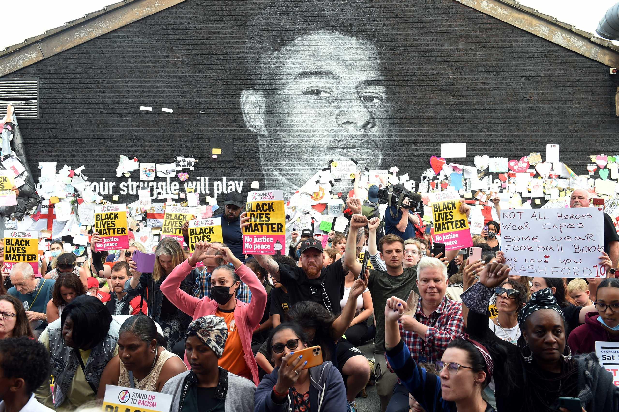 Μάρκους Ράσφορντ: Αντιρατσιστική πορεία μπροστά από την τοιχογραφία του
