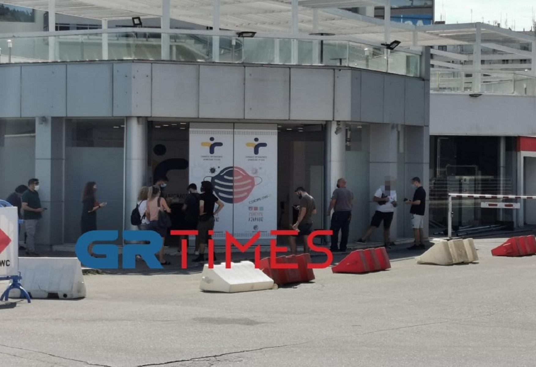 Κορονοϊός – Θεσσαλονίκη: Στην ουρά για rapid test πριν φύγουν διακοπές