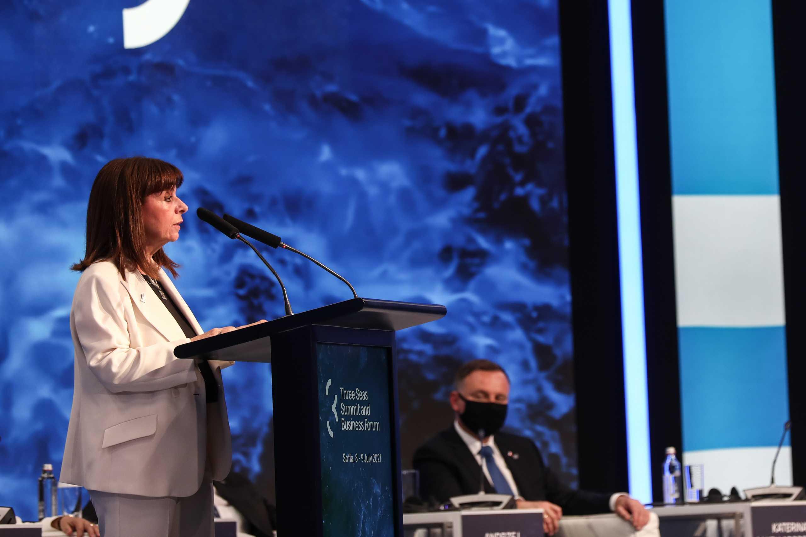 Τον διαπεριφερειακό ρόλο που μπορεί να διαδραματίσει η Ελλάδα στη Νοτιοανατολική Ευρώπη τόνισε η Κατερίνα Σακελλαροπούλου