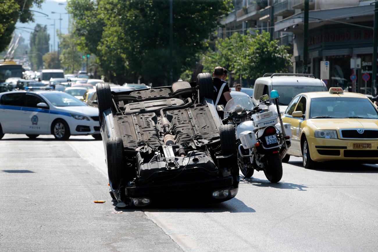 Φοβερό τροχαίο στην Αλεξάνδρας: Αναποδογύρισε αυτοκίνητο στη μέση του δρόμου