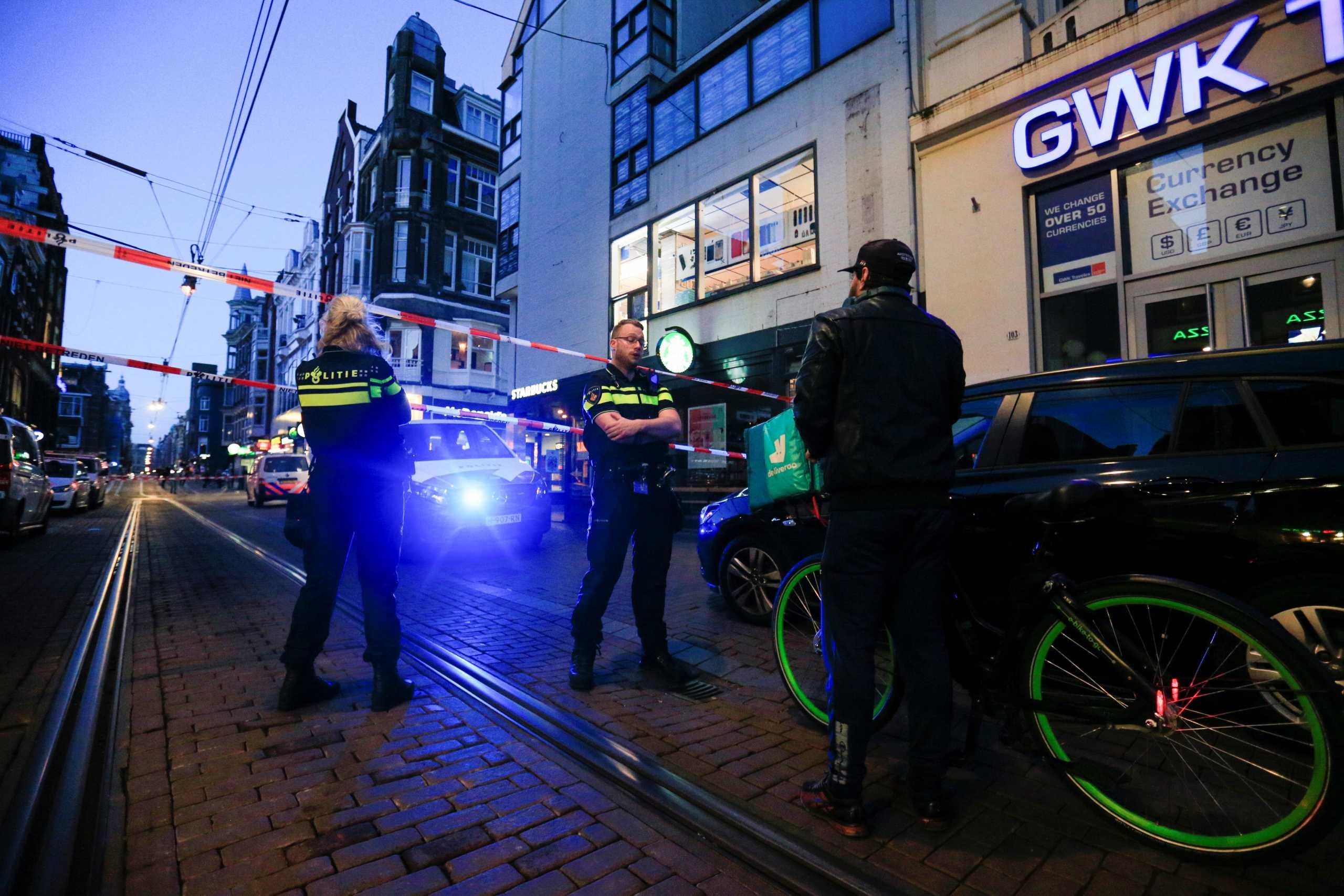 Άμστερνταμ: Μάχη για να κρατηθεί στη ζωή ο δημοσιογράφος που δέχτηκε δολοφονική επίθεση