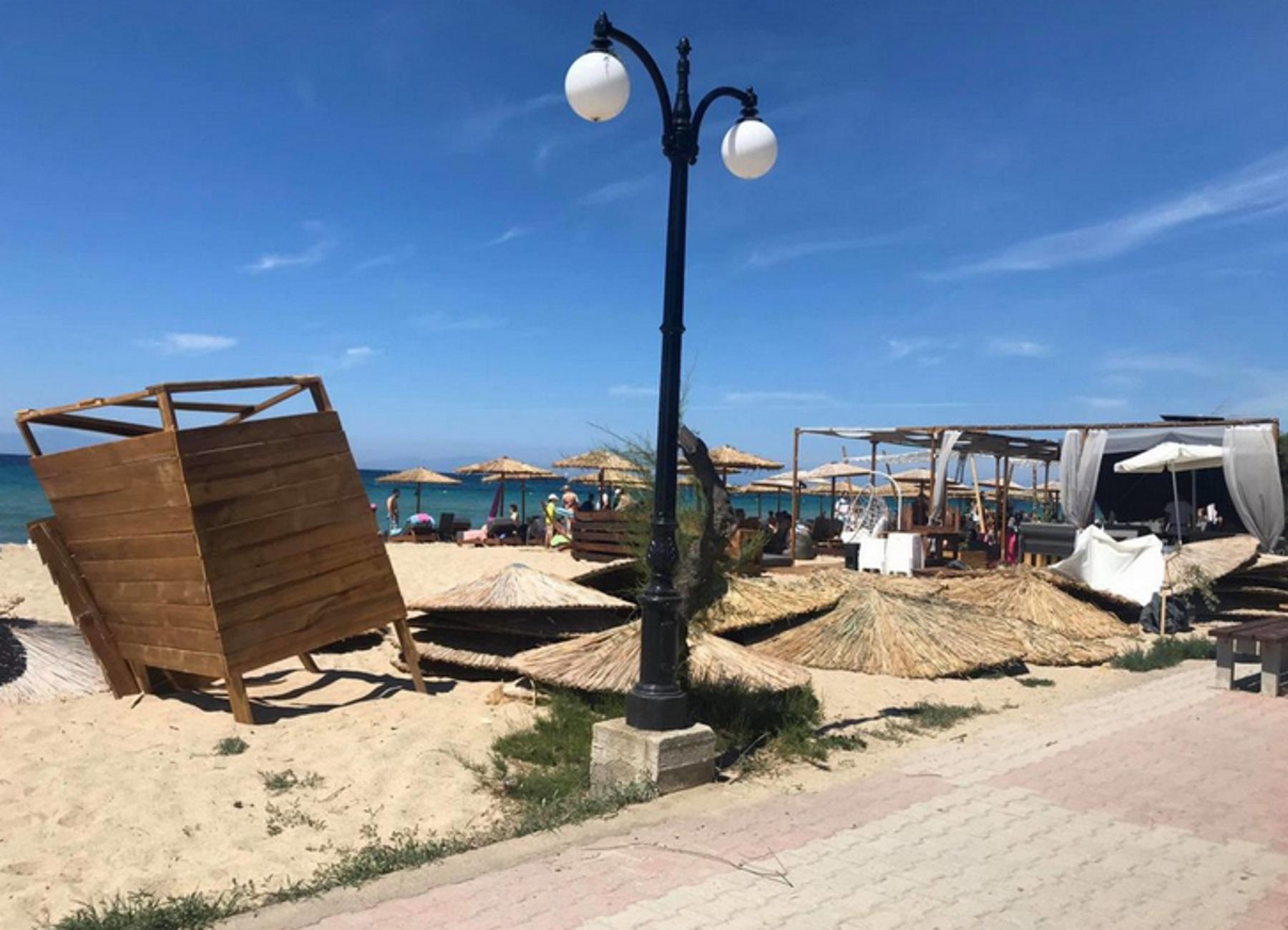 Χαλκιδική: Μίνι ανεμοστρόβιλος χτύπησε παραλία στα Μουδανιά και άφησε πίσω αυτές τις εικόνες