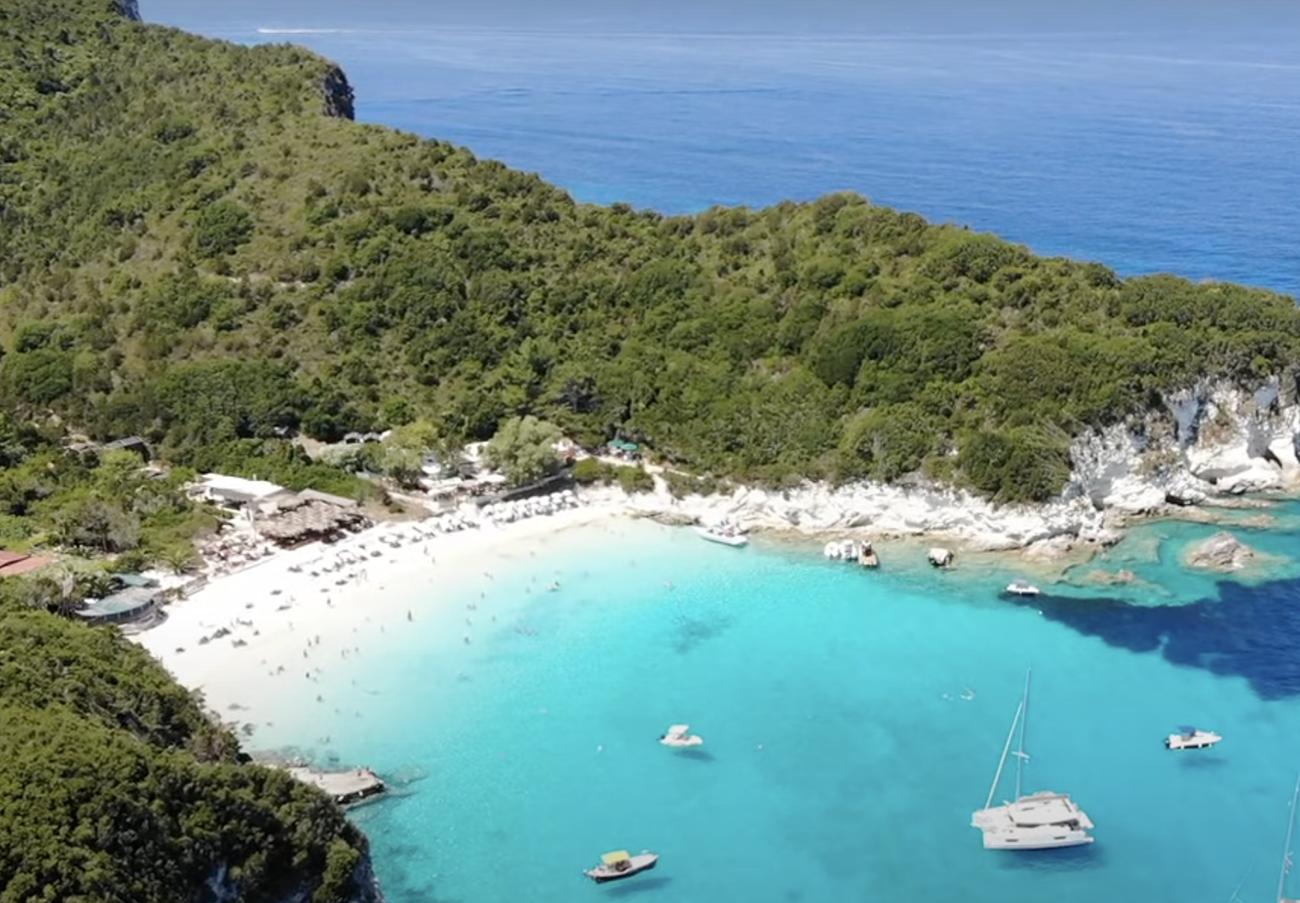 Ελληνικές παραλίες: Τα εντυπωσιακά νερά που θυμίζουν Χαβάη