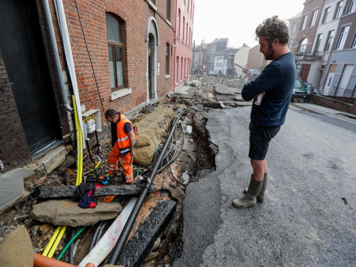 Πλημμύρες στο Βέλγιο: Χείμαρροι οι δρόμοι, παρασύρθηκαν αυτοκίνητα και πεζοδρόμια