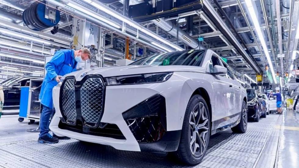 BMW: Πάνω από 10.000 αυτοκίνητα παραμένουν «παγωμένα» στη γραμμή παραγωγής