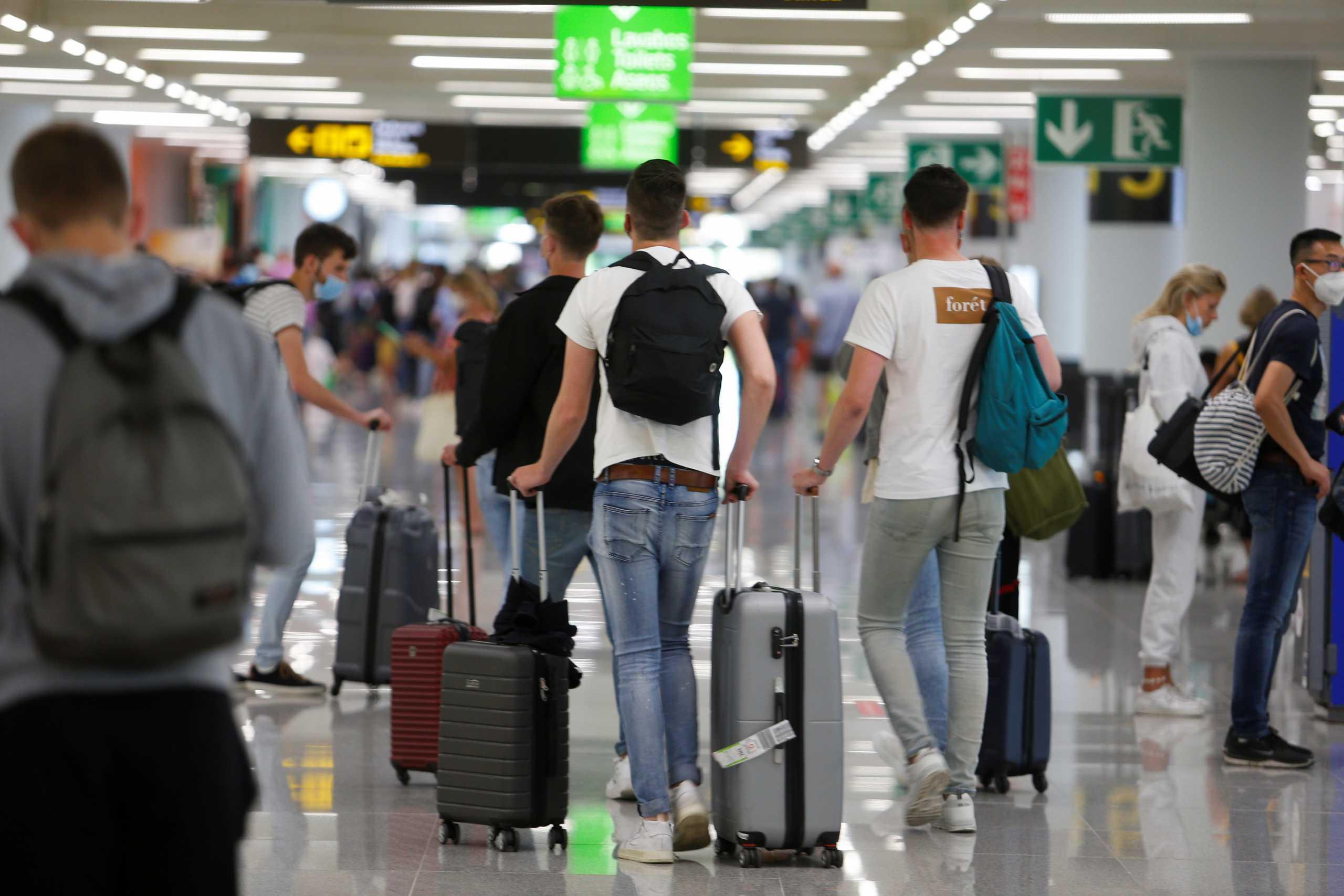 Βρετανία: Χαλαρώνουν τα μέτρα για τις «πορτοκαλί» χώρες – Χωρίς καραντίνα όσοι επιστρέφουν