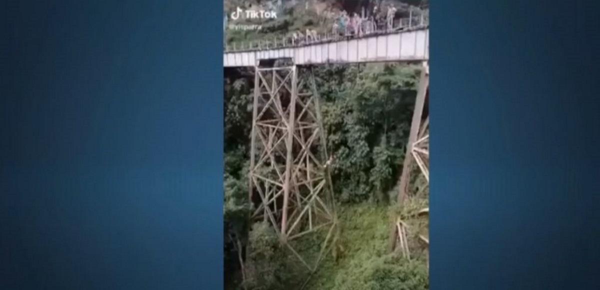 Ετοιμαζόταν για bungee jumping, μπέρδεψε το σινιάλο και πήδηξε χωρίς να την έχουν δέσει – Βίντεο σοκ