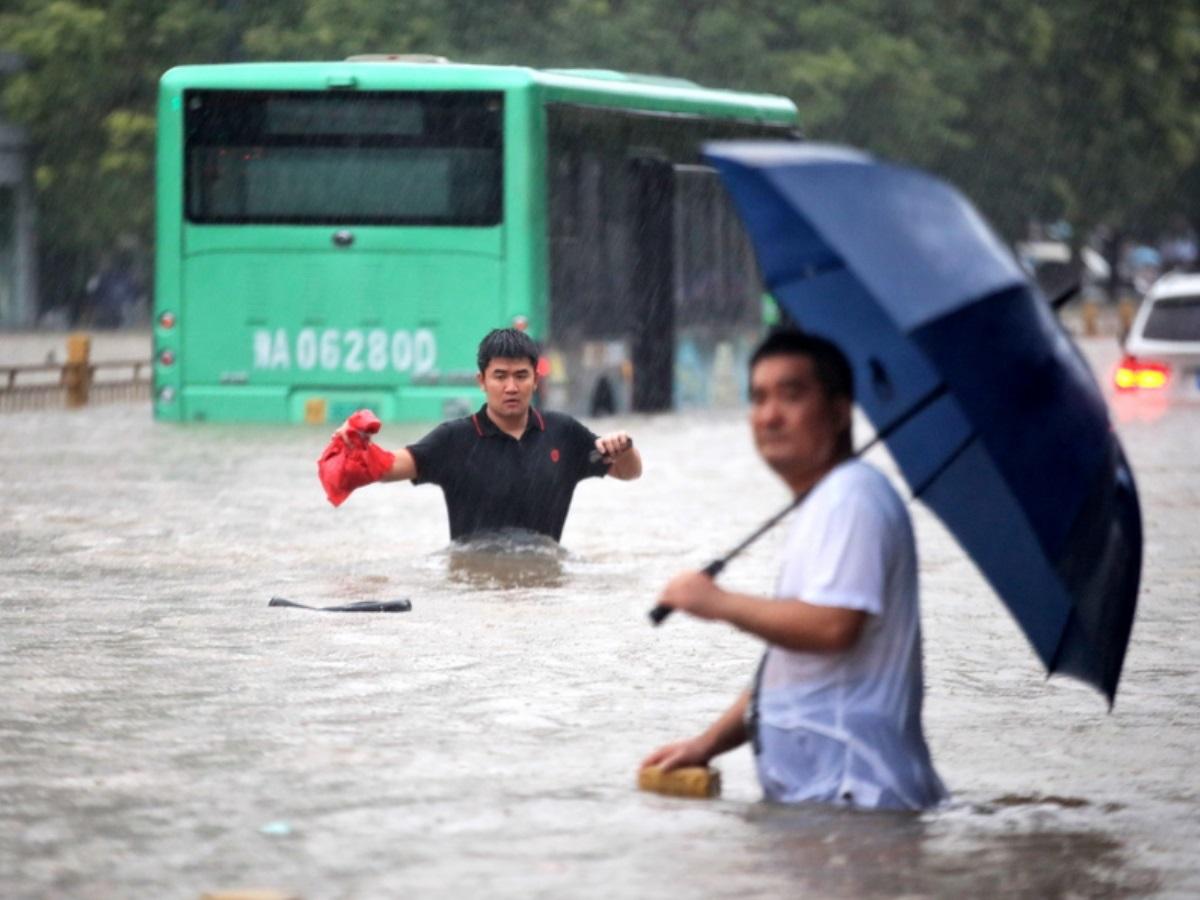 Κίνα: 33 νεκροί και τουλάχιστον 8 αγνοούμενοι – Συγκλονιστικά βίντεο από τις πλημμύρες