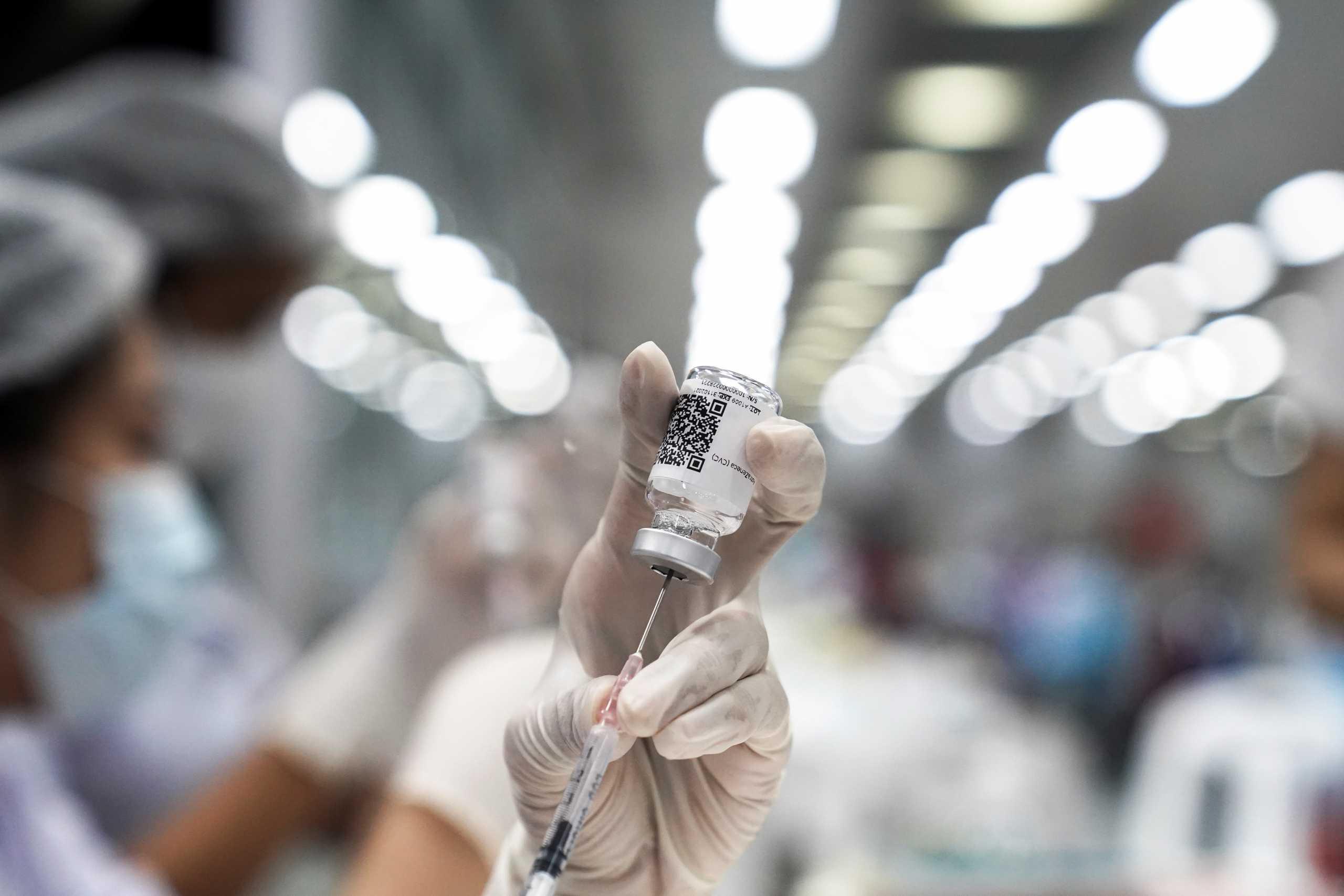 «Φρένο» Κομισιόν στην τρίτη δόση εμβολίου: Νομικός κίνδυνος χωρίς την έγκριση του EMA