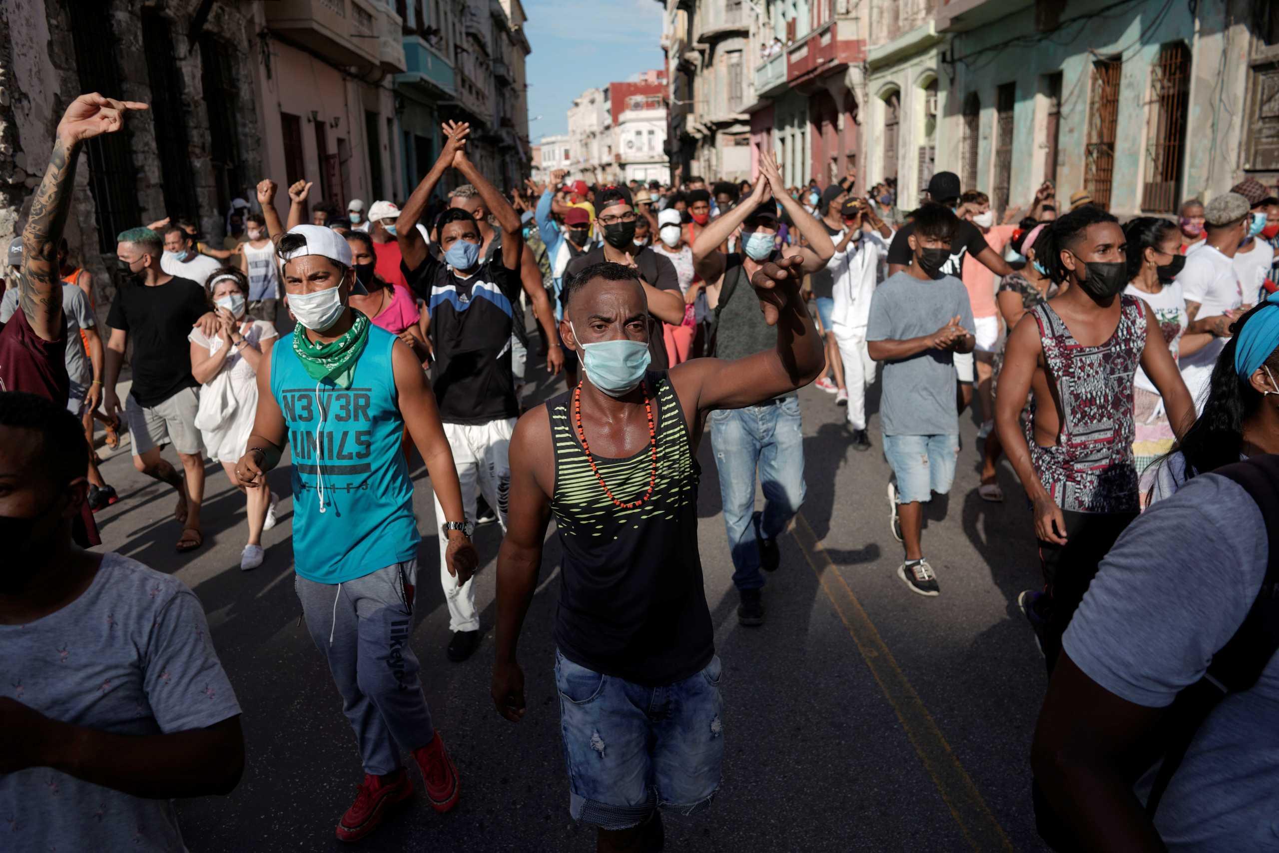 Κούβα: Αντικυβερνητικές διαδηλώσεις και… αντιδιαδηλώσεις σε όλη τη χώρα – Νέο ρεκόρ κρουσμάτων