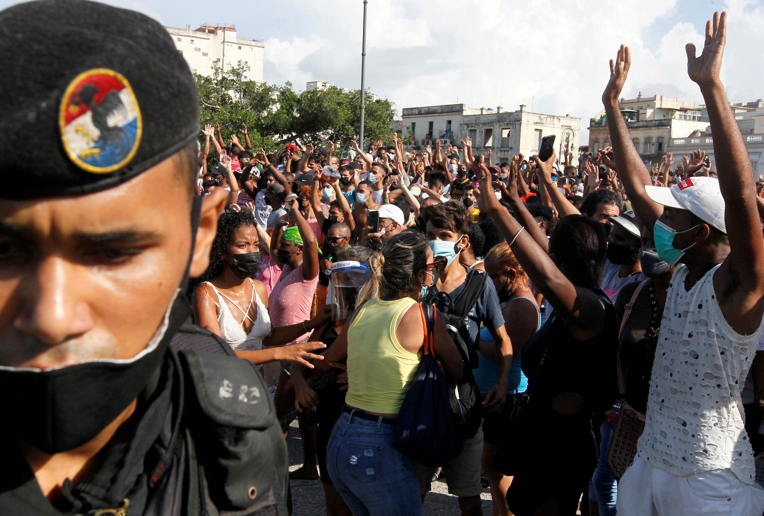 «Φλέγεται» η Κούβα: Ένας νεκρός και αρκετοί τραυματίες σε αντικυβερνητικές διαδηλώσεις