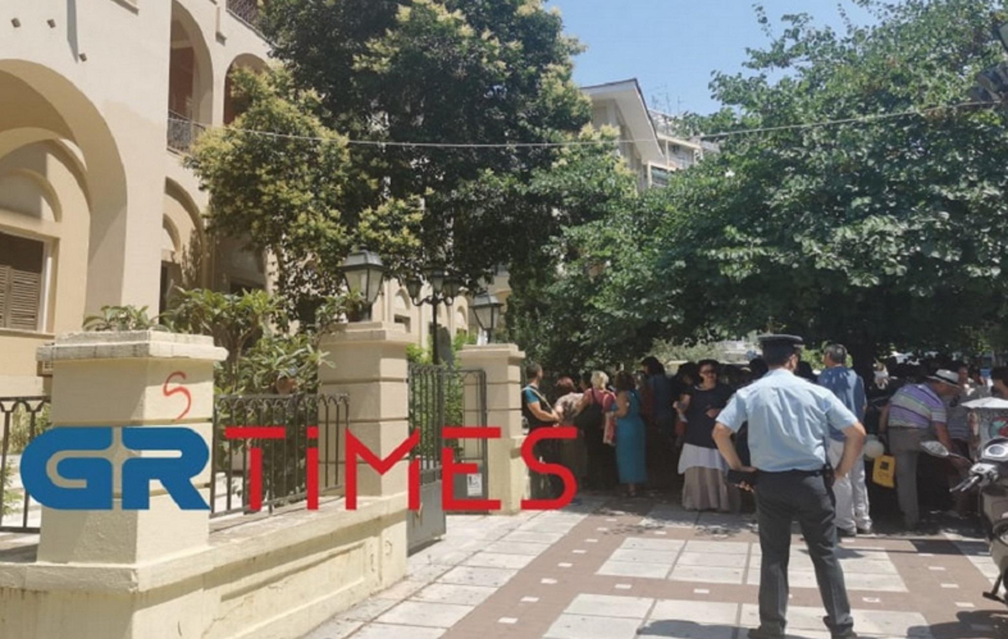 Θεσσαλονίκη: Διαμαρτυρία για την απομάκρυνση αρνητή ιερέα – Οι 50 που τον θέλουν πίσω στην εκκλησία