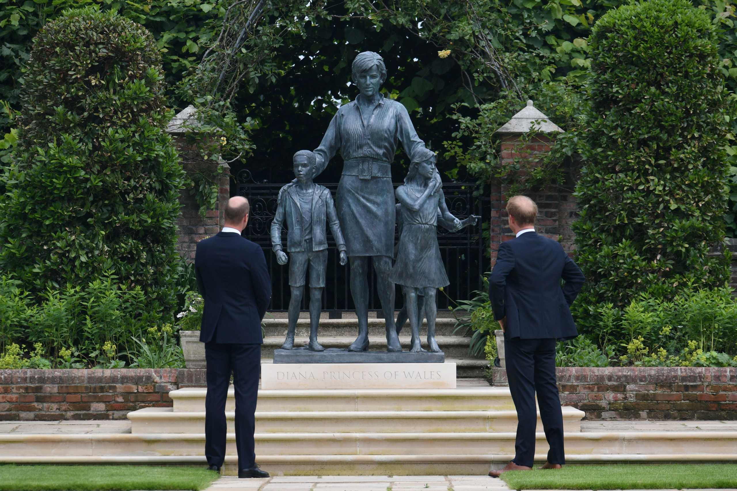 Πριγκίπισσα Νταϊάνα: Γουίλιαμ και Χάρι αποκάλυψαν το άγαλμα στη μνήμη της μητέρας τους