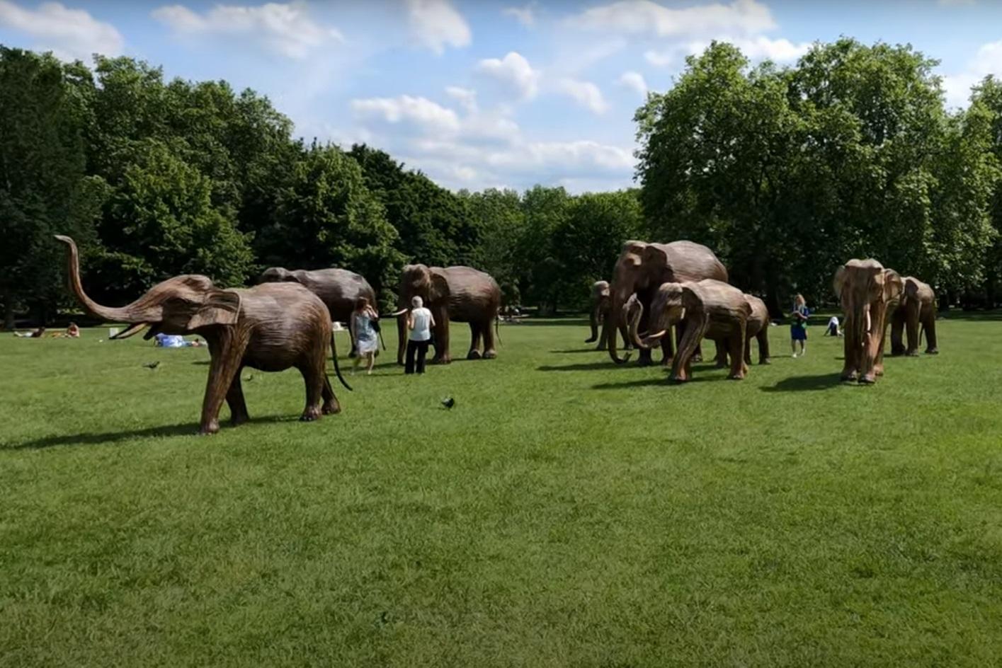 Γέμισαν ελέφαντες τα πάρκα του Λονδίνου – Το ευφάνταστο project από λωρίδες του αγριόχορτου