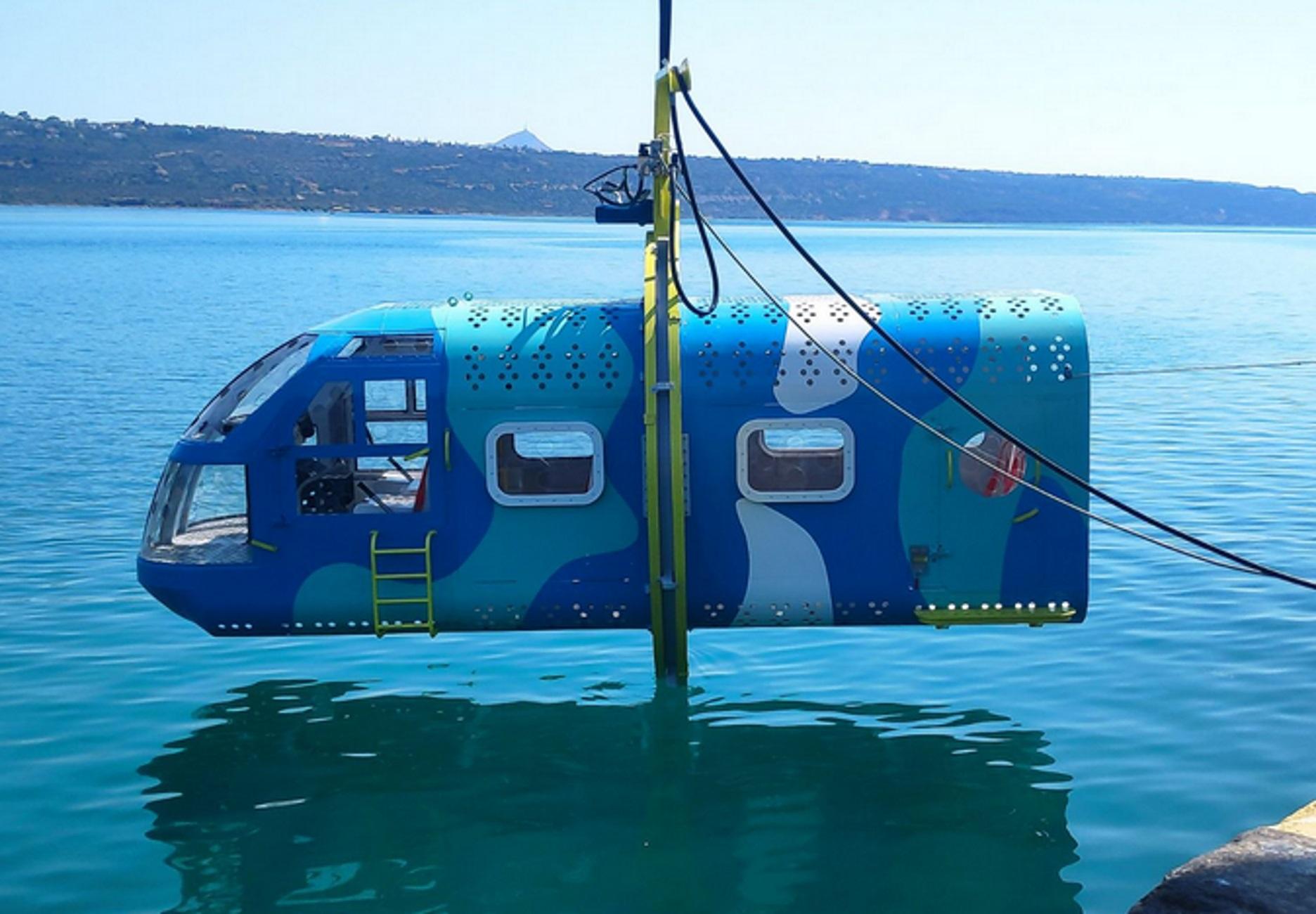 Χανιά: Εξομοιωτής ελικοπτέρου βυθίζεται στο λιμάνι – Δείτε την τελευταία δοκιμή πριν την παράδοση