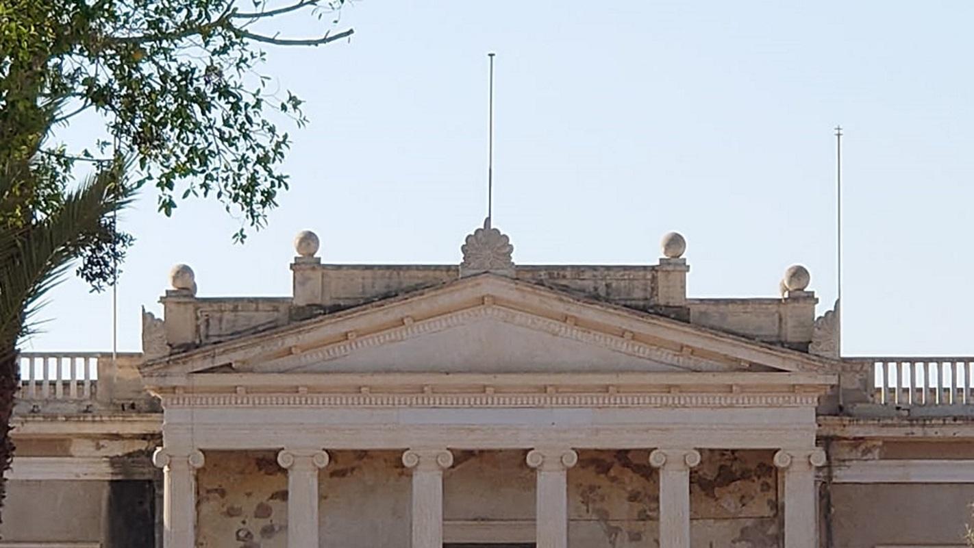 Αμμόχωστος: Έβγαλαν την επιγραφή «Ελληνικόν Γυμνάσιον» από το κτίριο στο δημοτικό κήπο