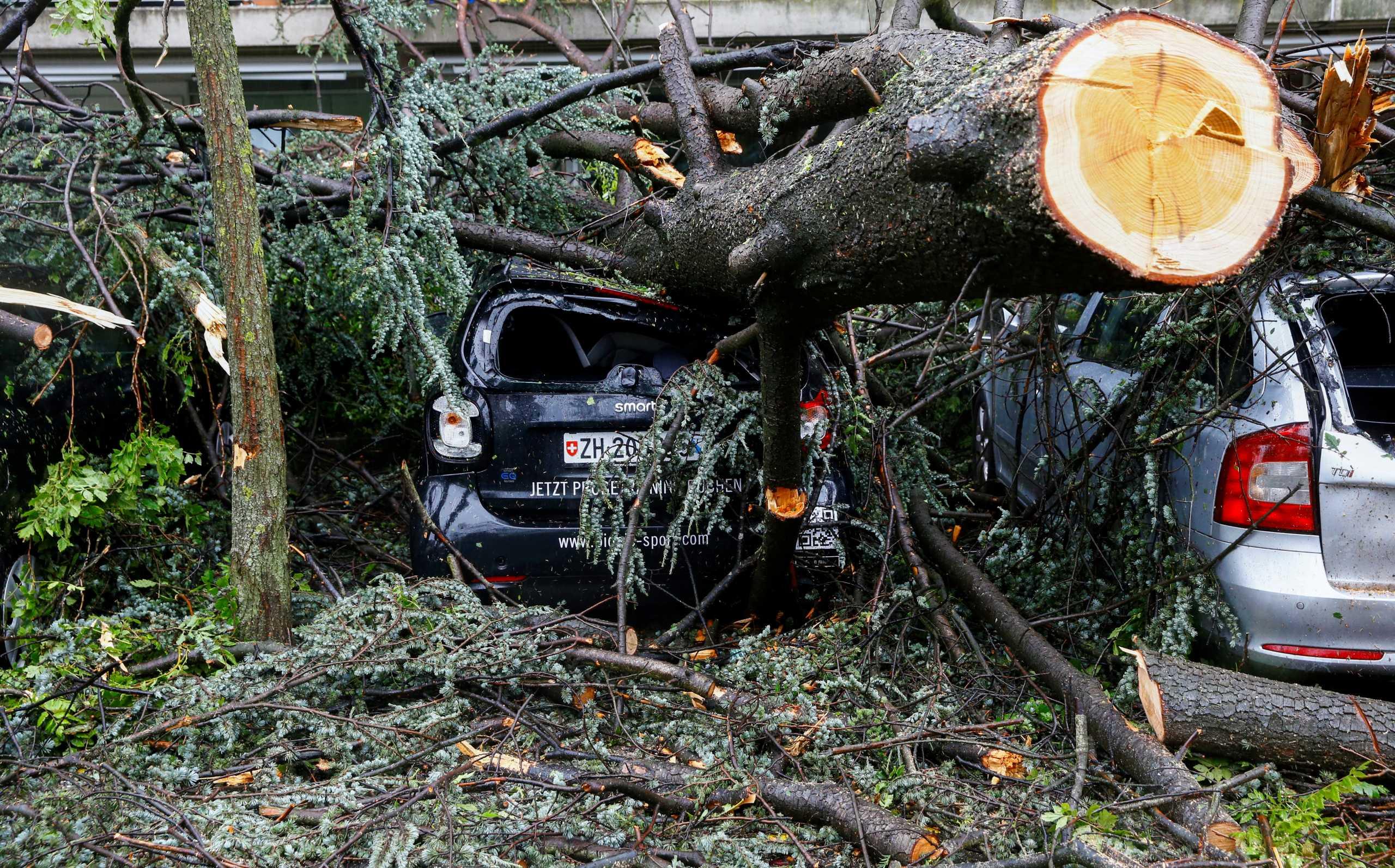Ελβετία: Πανίσχυρη καταιγίδα «διέλυσε» την Ζυρίχη! Πλημμύρες, πτώσεις δέντρων και καταστροφές