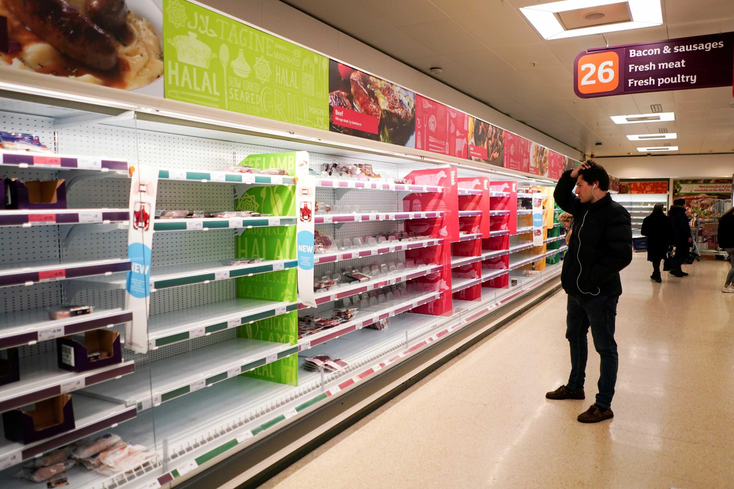 Βρετανία: Νέα γκάφα Τζόνσον απειλεί την οικονομία – Γιατί αδειάζουν τα ράφια των σούπερ μάρκετ