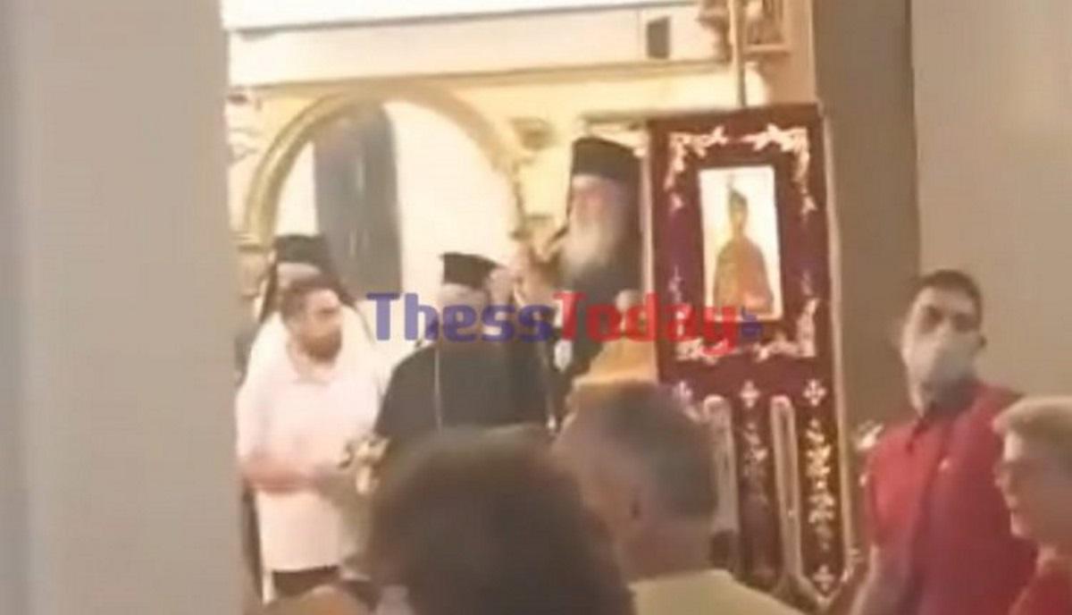 Χαμός με αντιεμβολιαστές στη Θεσσαλονίκη – Φώναζαν στον ιερέα: Αίσχος, ντροπή