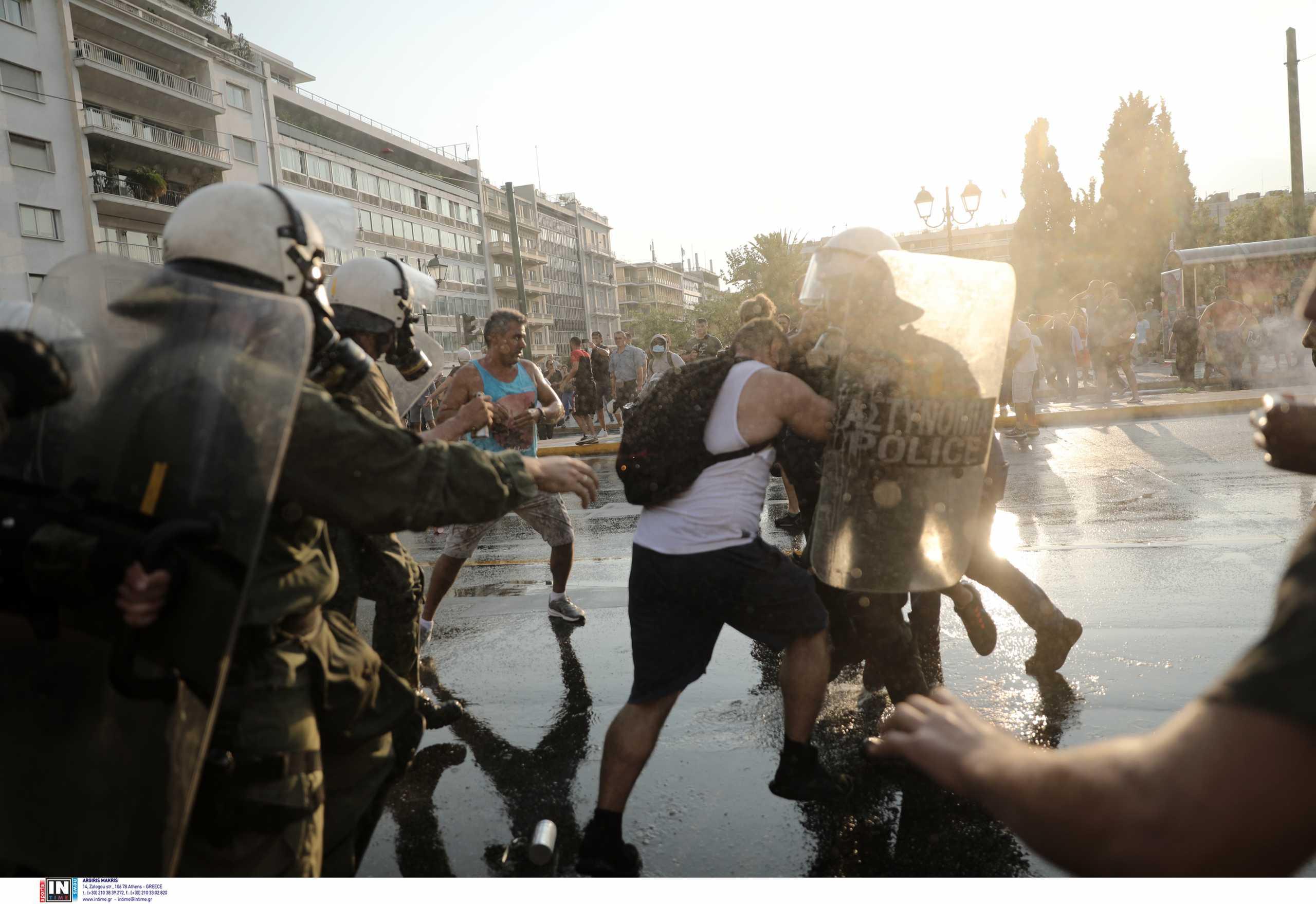 Επεισόδια στην Αθήνα με αντιεξουσιαστές και αντιεμβολιαστές – Οι προσαγωγές και οι εικόνες έντασης