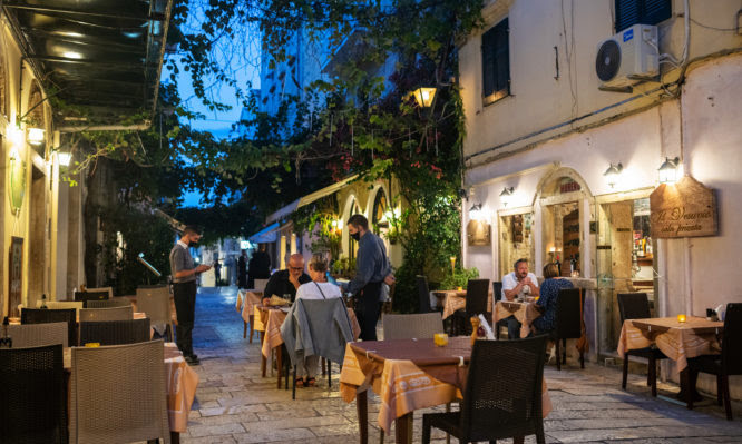 Κορονοϊός: Έξαρση της επιδημίας στην Κρήτη – Ανησυχία και για άλλα τουριστικά νησιά – Ποια μέτρα θα ληφθούν