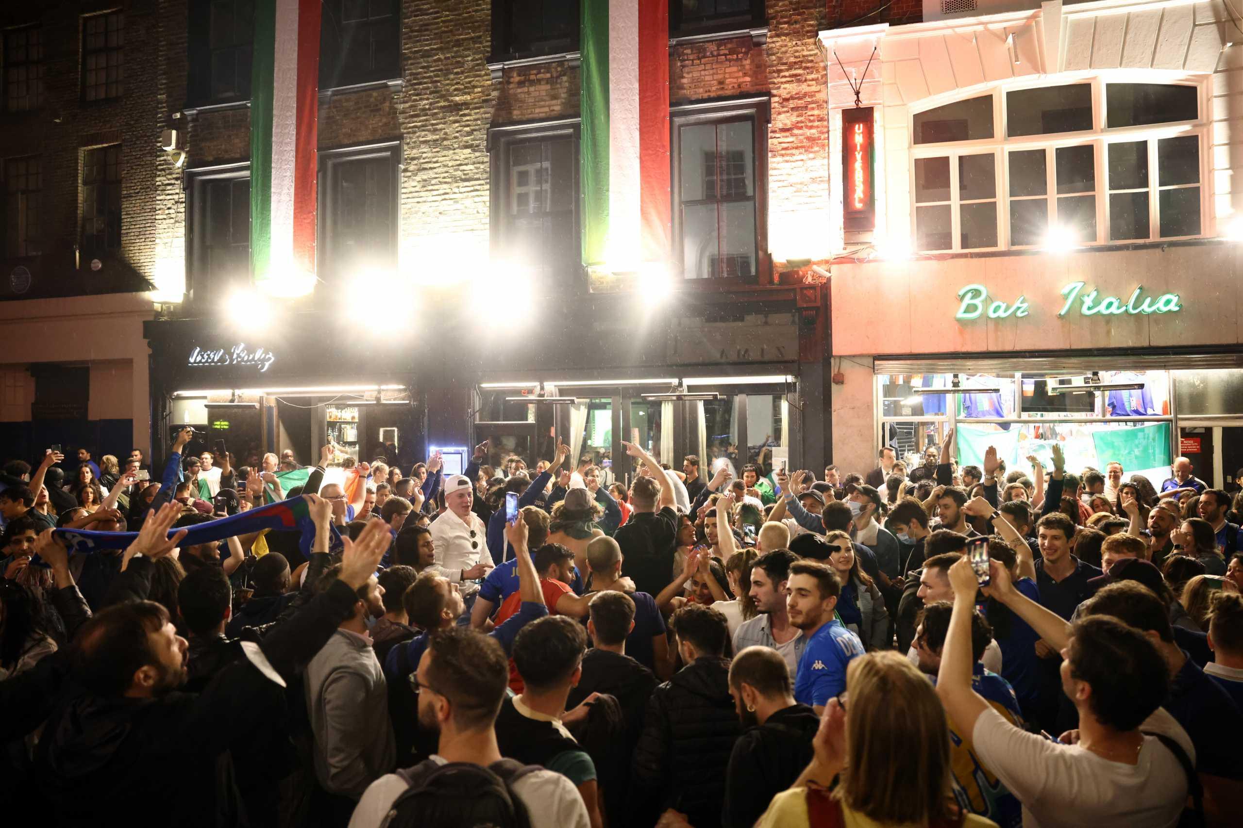 Euro 2020: Προειδοποιεί για τα χειρότερα ο ΠΟΥ μετά τις εικόνες από τα πλήθη φιλάθλων